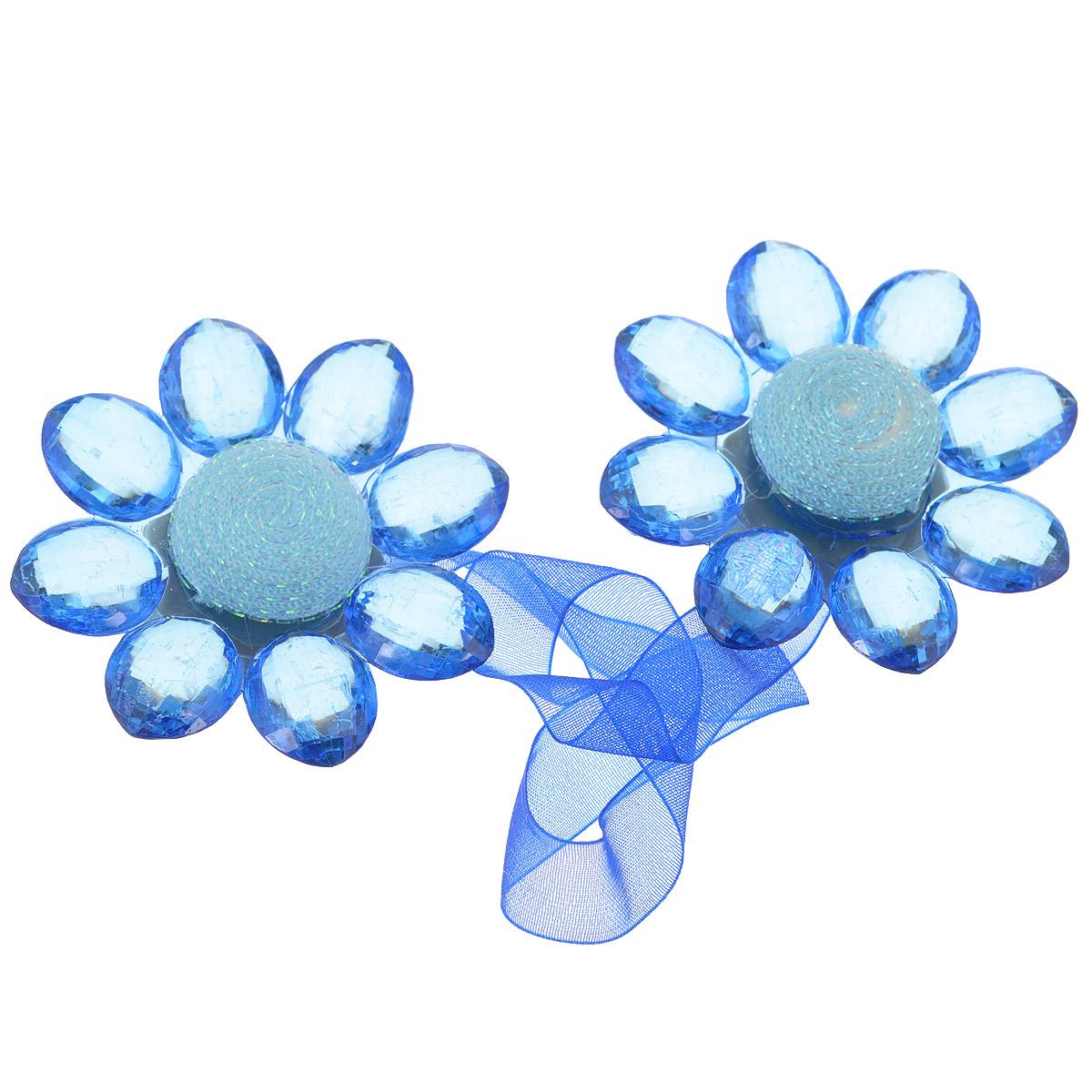 Клипса-магнит для штор Calamita Fiore, цвет: синий. 7704016_7927704016_792Клипса-магнит Calamita Fiore, изготовленная из пластика и текстиля, предназначена для придания формы шторам. Изделие представляет собой два магнита, расположенные на разных концах текстильной ленты. Магниты оформлены декоративными цветками. С помощью такой магнитной клипсы можно зафиксировать портьеры, придать им требуемое положение, сделать складки симметричными или приблизить портьеры, скрепить их. Клипсы для штор являются универсальным изделием, которое превосходно подойдет как для штор в детской комнате, так и для штор в гостиной. Следует отметить, что клипсы для штор выполняют не только практическую функцию, но также являются одной из основных деталей декора этого изделия, которая придает шторам восхитительный, стильный внешний вид. Материал: пластик, полиэстер, магнит. Диаметр декоративного цветка: 5,5 см. Длина ленты: 28 см.