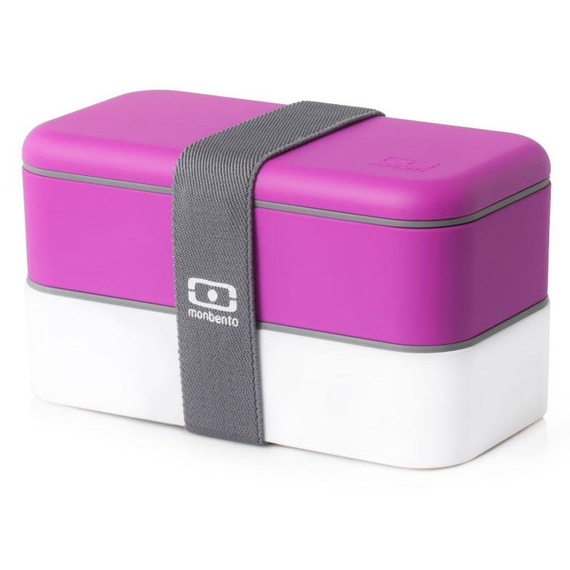 Ланч-бокс Monbento Original, цвет: фуксия, белый, 1 л1200 02 103Ланчбокс Monbento Original изготовлен из высококачественного пищевого пластика с приятным на ощупь прорезиненным покрытием soft-touch. Предназначен для хранения и переноски пищевых продуктов. Ланчбокс представляет собой два прямоугольных контейнера, в которых удобно хранить различные блюда. В комплекте также предусмотрена емкость для соуса, которая удобно помещается в одном из контейнеров. Контейнеры вакуумные, что позволяет продуктам дольше оставаться свежими и вкусными. Боксы дополнительно фиксируются друг над другом эластичным ремешком. Компактные размеры позволят хранить ланчбокс в любой сумке. Его удобно взять с собой на работу, отдых, в поездку. Теперь любимая домашняя еда всегда будет под рукой, а яркий дизайн поднимет настроение и подарит заряд позитива. Можно использовать в микроволновой печи и для хранения пищи в холодильнике, можно мыть в посудомоечной машине. В крышке каждого контейнера - специальная пробка, которую надо вытащить, если вы разогреваете...