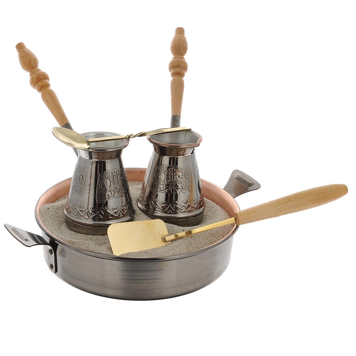 Набор турецкий Станица Тет-а-Тет, 6 предметовКО-26003Приготовление кофе по-восточному на песке - одна из древнейших традиций в истории кофе. Сегодня она вновь обретает все большую популярность во всем мире. Турецкий набор Станица Тет-а-Тет предназначен для приготовления кофе на песке. В набор входит все необходимое для приготовления: две медные турки, песок, ложка кофейная, лопатка для песка и жаровня. Кофе по-восточному можно приготовить в домашних условиях, как на газовой, так и на электрической или керамической плите. Сваренный таким образом кофе обладает особым неповторимым вкусом, а также увлекает зрелищностью процесса приготовления. Объем турки: 180 мл. Диаметр турки: 6,5 см. Длина ложки: 19 см. Длина лопатки: 24 см. Диаметр жаровни: 19 см. Длина жаровни (с учетом ручек): 26 см. Высота стенки: 5 см.