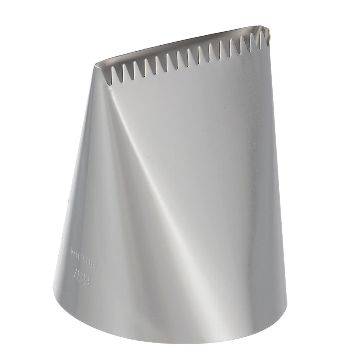 Насадка для кондитерского мешка Wilton, на подвесе, №789WLT-418-789Насадка для кондитерского мешка Wilton изготовлена из металла. Она используется для украшения кондитерских изделий и крепится стандартным фиксатором насадок. С ее помощью можно быстро нанести айсинг на торт! Насадка вместе с кондитерским мешком поможет создать на выпечке удивительные рисунки кремом. С этой насадкой готовить станет намного удобнее! Можно мыть в посудомоечной машине.
