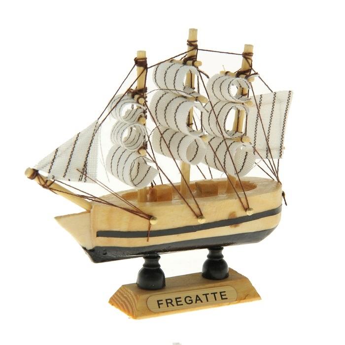 Корабль сувенирный Fregatte, длина 10 см. 805886805886Сувенирный корабль Fregatte, изготовленный из дерева и текстиля, это великолепный элемент декора рабочей зоны в офисе или кабинете. Корабль с парусами помещен на деревянную подставку. Время идет, и мы становимся свидетелями развития технического прогресса, новых учений и практик. Но одно не подвластно времени - это любовь человека к морю и кораблям. Сувенирный корабль наполнен историей и силой океанских вод. Данная модель кораблика станет отличным подарком для всех любителей морей, поклонников историй о покорении океанов и неизведанных земель. Модель корабля - подарок со смыслом. Издавна на Руси считалось, что корабли приносят удачу и везение. Поэтому их изображения, фигурки и точные копии всегда присутствовали в помещениях. Удивите себя и своих близких необычным презентом.