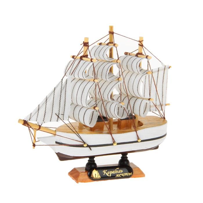 Корабль сувенирный Корабль мечты, длина 14 см. 564167ES-412Сувенирный корабль Корабль мечты, изготовленный из дерева и текстиля, это великолепный элемент декора рабочей зоны в офисе или кабинете. Корабль с парусами помещен на деревянную подставку. Время идет, и мы становимся свидетелями развития технического прогресса, новых учений и практик. Но одно не подвластно времени - это любовь человека к морю и кораблям. Сувенирный корабль наполнен историей и силой океанских вод. Данная модель кораблика станет отличным подарком для всех любителей морей, поклонников историй о покорении океанов и неизведанных земель. Модель корабля - подарок со смыслом. Издавна на Руси считалось, что корабли приносят удачу и везение. Поэтому их изображения, фигурки и точные копии всегда присутствовали в помещениях. Удивите себя и своих близких необычным презентом.