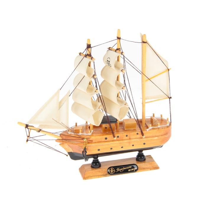 Корабль сувенирный Попутного ветра, длина 20 см. 339339Сувенирный корабль Попутного ветра, изготовленный из дерева и текстиля, это великолепный элемент декора рабочей зоны в офисе или кабинете. Корабль с парусами и якорями помещен на деревянную подставку. Время идет, и мы становимся свидетелями развития технического прогресса, новых учений и практик. Но одно не подвластно времени - это любовь человека к морю и кораблям. Сувенирный корабль наполнен историей и силой океанских вод. Данная модель кораблика станет отличным подарком для всех любителей морей, поклонников историй о покорении океанов и неизведанных земель. Модель корабля - подарок со смыслом. Издавна на Руси считалось, что корабли приносят удачу и везение. Поэтому их изображения, фигурки и точные копии всегда присутствовали в помещениях. Удивите себя и своих близких необычным презентом.