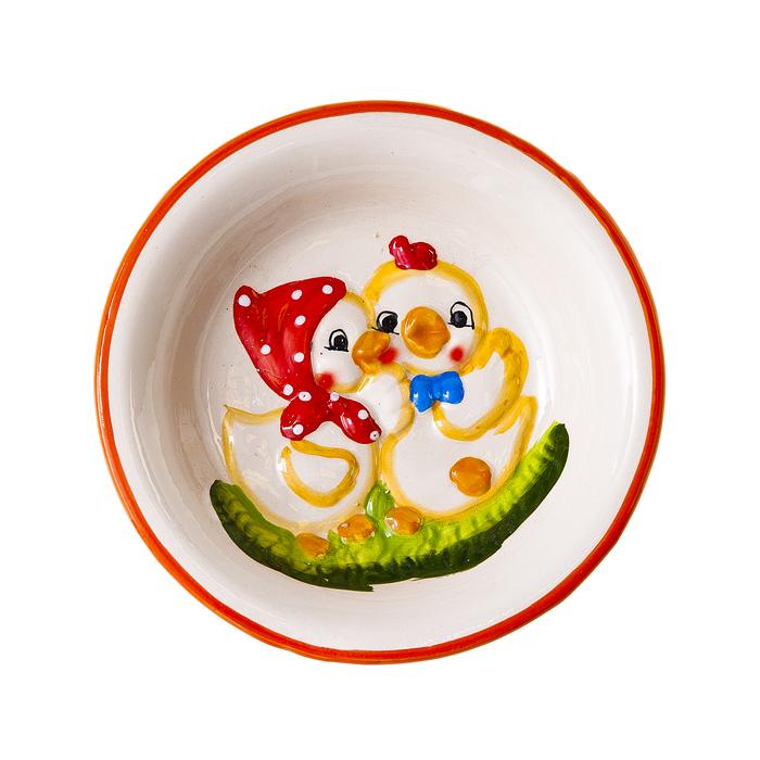 Тарелка Home Queen Парочка, цвет: белый, диаметр 15 см60690Тарелка Home Queen Парочка станет оригинальным украшением интерьера на Пасху. Изделие изготовлено из высококачественной керамики и декорировано рельефом в виде двух забавных цыплят. Тарелка предназначена для сервировки куличей и яиц. Такая тарелка станет красивым пасхальным подарком для друзей или близких. Диаметр тарелки: 15 см. Высота тарелки: 3 см.