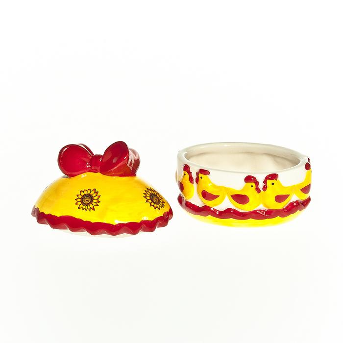 Шкатулка декоративная Home Queen Русские узоры, цвет: желтый, красный64311Шкатулка Home Queen Русские узоры изготовлена из керамики в виде яйца и украшена рельефным рисунком. Крышка шкатулки декорирована бантиком. Изящная шкатулка прекрасно подойдет для хранения пасхальных принадлежностей и аксессуаров, а также красиво украсит интерьер комнаты или станет приятным подарком. Размер: 8 см х 6 см х 8 см. Внутренний размер (без учета крышки): 6 см х 4,5 см х 3,5 см.