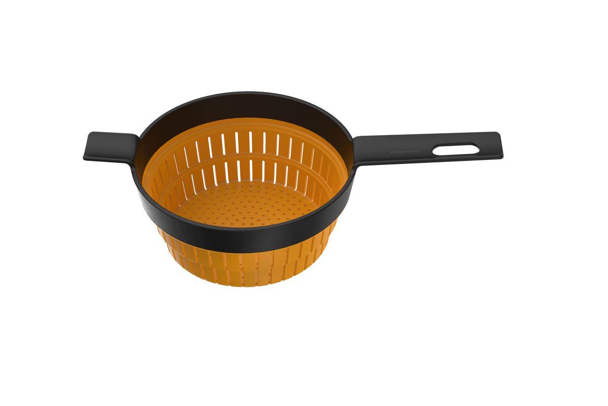 Дуршлаг Fiskars, цвет: оранжевый, черный, 36 х 20 см1014345Дуршлаг Fiskars изготовлен из пластика и силикона. Силиконовая емкость с прорезями складывается вовнутрь, благодаря чему изделие можно компактно хранить. Удлиненная пластиковая ручка, оснащенная отверстием для подвешивания на крючок, очень комфортно лежит в руке. Оригинальный и удобный дуршлаг Fiskars станет достойным дополнением к вашим кухонным аксессуарам. Можно мыть в посудомоечной машине. Общий размер дуршлага (в сложенном виде): 36 см х 20 см х 4,5 см. Диаметр дуршлага (по верхнему краю): 19,5 см. Длина ручки: 13 см.