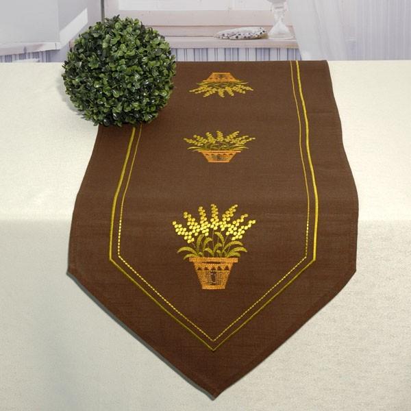 Дорожка для декорирования стола Schaefer, прямоугольная, цвет: коричневый, 40 x 140 см 06914-23206914-232Дорожка Schaefer выполнена из высококачественного полиэстера и украшена вышитым рисунком. Заостренные края дорожки обработаны швом в подгибку с закрытым срезом. Вы можете использовать дорожку для декорирования стола, комода или журнального столика. Благодаря такой дорожке вы защитите поверхность мебели от воды, пятен и механических воздействий, а также создадите атмосферу уюта и домашнего тепла в интерьере вашей квартиры. Изделия из искусственных волокон легко стирать: они не мнутся, не садятся и быстро сохнут, они более долговечны, чем изделия из натуральных волокон. Изысканный текстиль от немецкой компании Schaefer - это красота, стиль и уют в вашем доме. Дорожка органично впишется в интерьер любого помещения, а оригинальный дизайн удовлетворит даже самый изысканный вкус. Дарите себе и близким красоту каждый день!