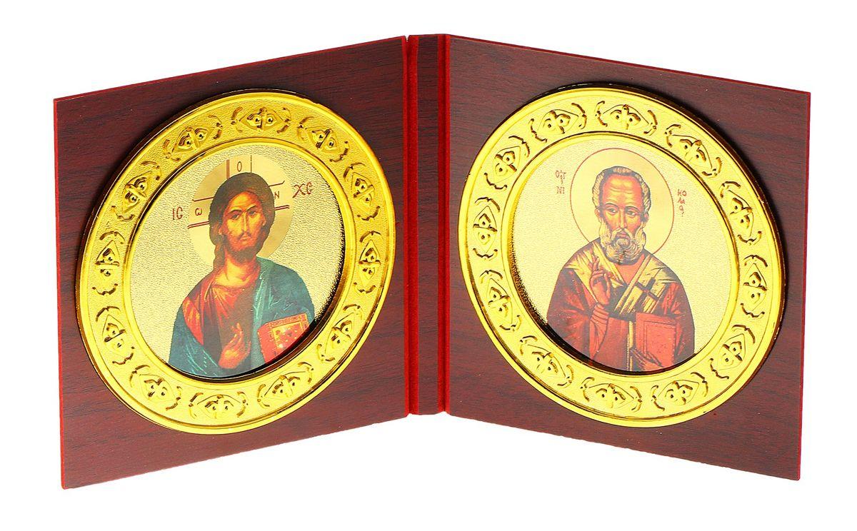 Складень-икона Иисус Христос и Николай Чудотворец, 2 шт137850Складень-икона Иисус Христос и Николай Чудотворец - это икона на деревянной основе, выполненная в виде двух складывающихся створок. Внутри расположены две круглых иконы с изображением ликов святых. По-другому такую икону еще называют диптих. Изображенный образ полностью соответствует канонам Русской Православной Церкви. Такая икона будет прекрасным подарком с духовной составляющей. Размер (в сложенном виде): 12,5 см х 13 см х 1,2 см. Диаметр иконы: 11,5 см.