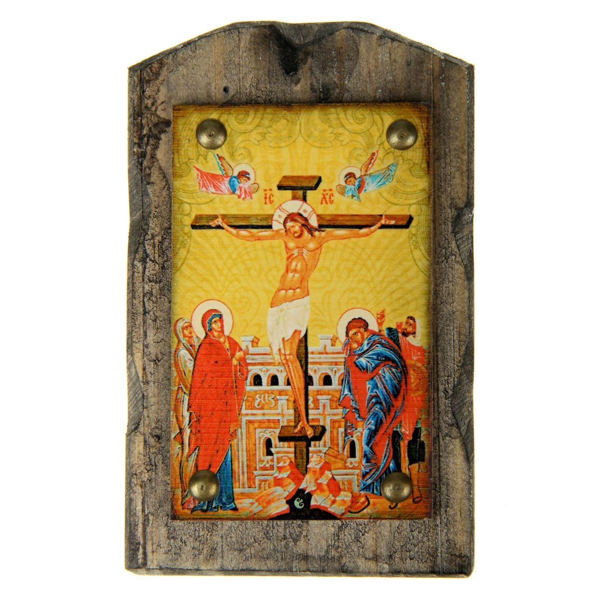 Икона на дереве Распятие Господне, 9,5 х 15 см806937Икона Распятие Господне изготовлена из состаренного дерева с полноцветным изображением и металлическими элементами. Икона выполнена в стиле древних греческих икон. На ее обратной стороне имеется подвес, поэтому ее удобно вешать на стену. Изображенный образ полностью соответствует канонам Русской Православной Церкви. Икона выглядит по-настоящему богатой и старинной. Такая икона будет прекрасным подарком с духовной составляющей.