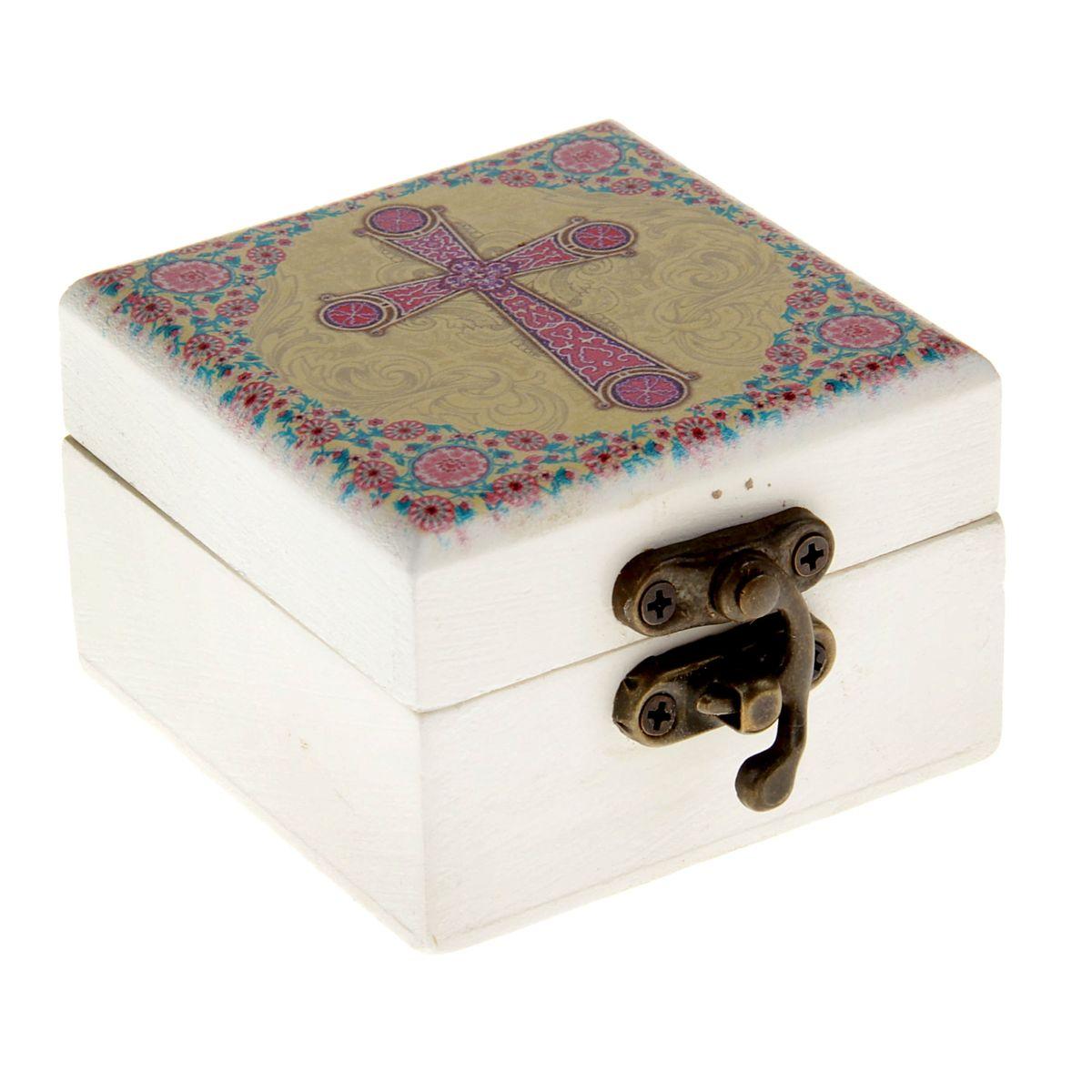 Шкатулка Корсунский крест, 6,5 х 6,5 х 4,5 см838155Шкатулка Корсунский крест, с зеркалом внутри, выполнена из благородного дерева, закрывается металлическим замочком. На крышку нанесено яркое полноцветное изображение Корсунского креста. Корсунский крест - русское название четырехконечного креста, относящегося к древнему византийскому типу. Свое название получил от Корсуни (Херсонеса), где крестился князь Владимир и откуда привез такие кресты в Киев. Древнейший экземпляр такого креста находится в Успенском соборе. Такая шкатулка будет достойным вместилищем для милых сердцу мелочей, каких-то святынь, которые есть у каждого. Станет прекрасным подарком с духовной составляющей для любого не только верующего человека.