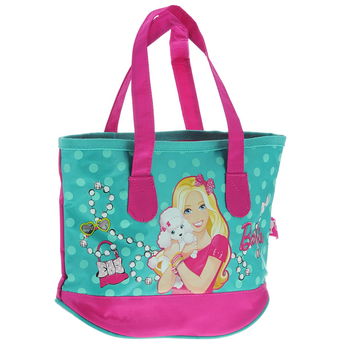 Сумка детская Barbie, цвет: бирюзовый, розовый10642-082/11/082/27 беж/рДетская сумка Barbie выполнена из прочного полиэстера и оформлена термоаппликацией с изображением Барби, обнимающей белого пуделя. Сумочка содержит одно отделение и закрывается на застежку-молнию.Сумочка оснащена двумя ручками для переноски.Рекомендуемый возраст: от 3 лет.