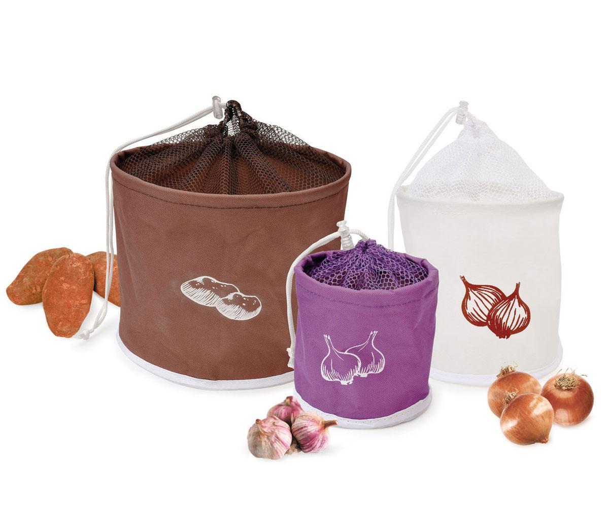 Набор сумок для хранения продуктов Iris, 3 штVT-1520(SR)Набор Iris состоит из трех сумок разного размера и цвета, предназначенных для хранения картофеля, лука и чеснока. Изделия выполнены из плотного полиэстера, сверху оснащены сеткой на кулиске. Благодаря сетке происходит естественная вентиляция продуктов, что предотвращает их гниение. Внутренний слой предотвращает цветение и образование плесени на плодах. Сумки удобны в использовании. Оригинальные сумки станут незаменимым украшением интерьера на кухне у хорошей хозяйки. Диаметр сумок: 12 см, 19 см, 25 см. Высота сумок: 12 см, 18,5 см, 20,5 см.