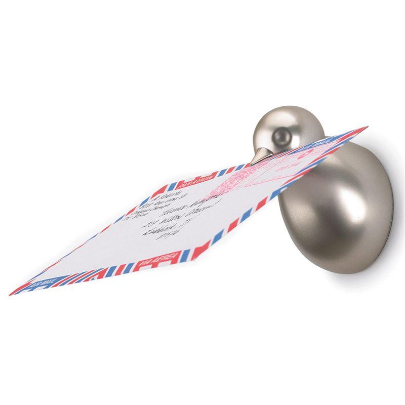 Вешалки с магнитами Umbra Birdie, 3 шт318117-410Настенные вешалки с магнитами Umbra Birdie обладают потрясающей способностью навести порядок во всех мелочах за считанные минуты. Вешалки выполнены из металла с серебристым покрытием в виде птичек. Птички магнитные и притягивают все металлические мелочи, а в клювике отлично помещаются письма и бумаги. Крепежные элементы для монтажа к стене входят в комплект. Размер вешалки: 5 см х 5 см х 7 см.