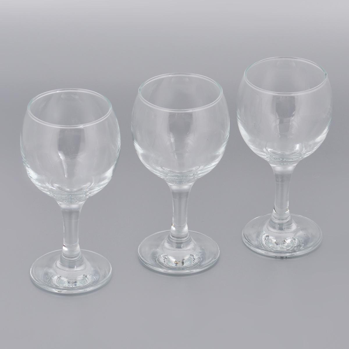 Набор бокалов для вина Pasabahce Bistro, 225 мл, 3 шт44412BНабор Pasabahce Bistro состоит из трех бокалов, выполненных из прочного натрий-кальций-силикатного стекла. Изделия оснащены высокими ножками. Бокалы предназначены для подачи вина. Они сочетают в себе элегантный дизайн и функциональность. Благодаря такому набору пить напитки будет еще вкуснее. Набор бокалов Pasabahce Bistro прекрасно оформит праздничный стол и создаст приятную атмосферу за романтическим ужином. Такой набор также станет хорошим подарком к любому случаю. Можно мыть в посудомоечной машине и использовать в микроволновой печи. Диаметр бокала (по верхнему краю): 6 см. Высота бокала: 15 см.