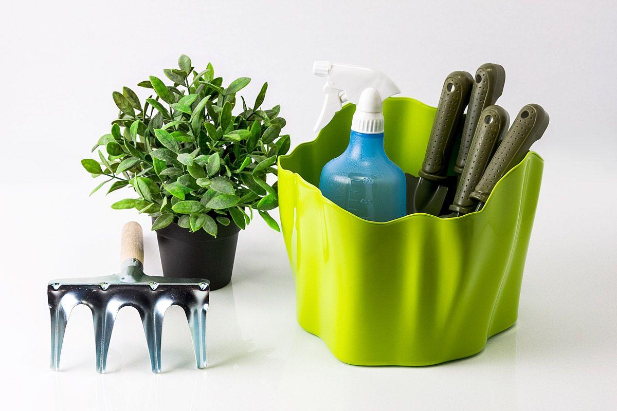 Органайзер Flow средний зеленыйQL10142-GNСамое увлекательное, что назначение этой вещи вам нужно будет определить самим: такой органайзер может пригодиться на кухне, в ванной, в гостиной, на даче, на природе, в городе, в деревне. В него можно складывать фрукты, овощи, хлеб, кухонные приборы и аксессуары, всевозможные баночки и скляночки, можно использовать органайзер как мусорную корзину, вазу, хранилище для носков и так далее и тому подобное. Все зависит от вашей фантазии и от хозяйственных потребностей! Органайзер пригодится везде! Материал: пластик; цвет: зеленый