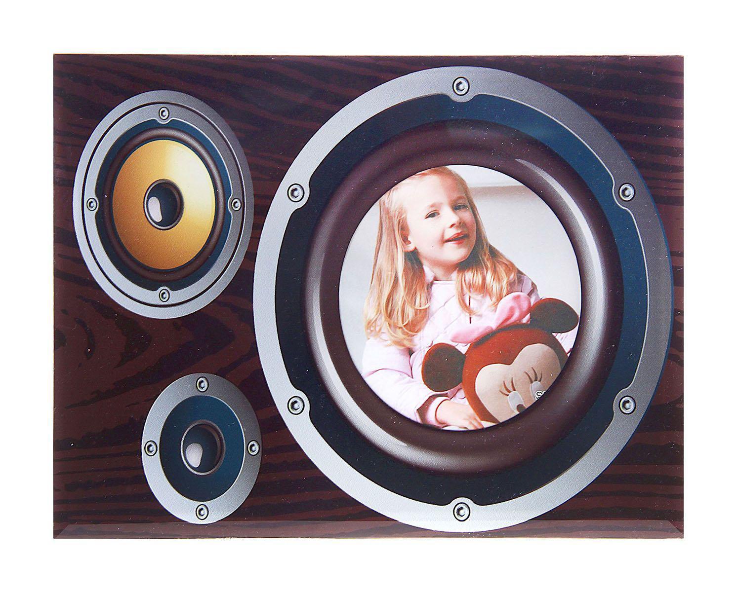 Фоторамка Sima-land Динамик, цвет: коричневый, 10 см х 10 см133421Декоративная фоторамка Sima-land Динамик выполнена из стекла и декорирована изображением динамика. Обратная сторона рамки оснащена специальной ножкой, благодаря которой ее можно поставить на стол или любое другое место в доме или офисе. Такая фоторамка украсит ваш интерьер оригинальным образом, а также позволит сохранить память о дорогих вам людях и интересных событиях вашей жизни. С ней вы сможете не просто внести в интерьер своего дома элемент оригинальности, но и создать атмосферу загадочности и изысканности.