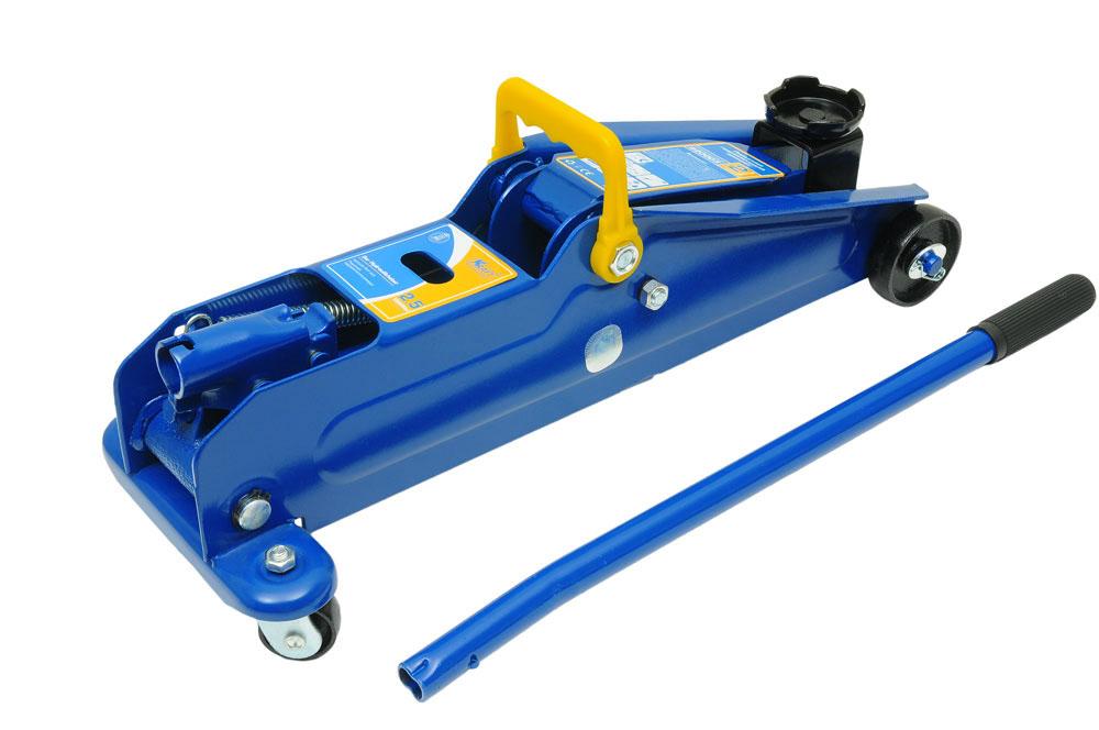 Домкрат подкатной Kraft КТ 820002, 2,5 тКТ 820002Гидравлический подкатной домкрат Kraft предназначен для поднятия грузов. Отличается простотой обслуживания и надежностью в эксплуатации, позволяя осуществить плавный подъем груза и его точную остановку на заданной высоте при небольшом рабочем усилии. Технические характеристики: Грузоподъемность: 2,5 т. Высота подъема: 385 мм. Высота подхвата: 135 мм. Функциональные особенности: Высокая устойчивость. Предохранительный клапан. Удобная ручка. Морозостойкое масло (-45°C). Комплектация: Подкатной гидравлический домкрат. Рукоятка домкрата. Руководство по эксплуатации.
