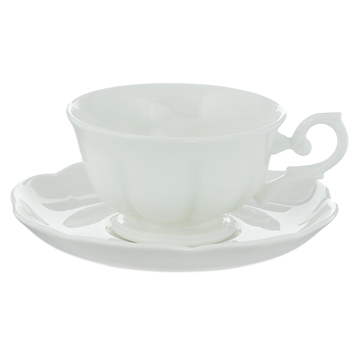 Чайная пара Royal Bone China White, 2 предмета89ww/0366Набор Royal Bone China White состоит из чашки и блюдца, изготовленных из костяного фарфора с содержанием костяной муки (45%). Основным достоинством изделий из костяного фарфора является абсолютно гладкая глазуровка. Такие изделия сочетают в себе изысканный вид с прочностью и долговечностью. Кружка оснащена изящной ручкой и декорирована вертикальными бороздами, блюдце имеет волнообразные края. Изделия Royal Bone Chine по праву считаются элитными. Благодаря такому набору пить напитки будет еще вкуснее. Объем чашки: 180 мл. Диаметр блюдца: 15 см.