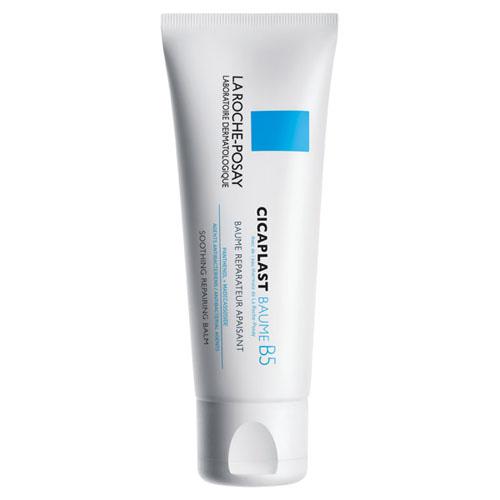 La Roche-Posay Бальзам В5 Мультивосстанавливающее средство Cicaplast для чувствительной и раздраженной кожи лица и тела 100 млБ63003 мятаБальзам восстанавливает и заживляет проявления атопического дерматита и других кожных заболеваний. Идеален для сверхчувствительной, тонкой, сухой кожи детей и взрослых. Подходит для новорожденных.• улучшает процесс восстановления кожи и обладает антибактериальными свойствами• успокаивает сухие, раздражённые участки кожи• защищает кожу, благодаря насыщенной питательной текстуре• текстура не жирная, нелипкая, не оставляет белых следовЦикапласт Б5 - это успокаивающее мультивосстанавливающее средство для сверхчувствительной и/или склонной к атопии кожи младенцев, детей и взрослых. Насыщенная, питательная текстура защищает кожу, является барьером, препятствующим попаданию бактерий на поверхность.Показания к применению:- ссадины и царапины- сухость и шелушение- раздражение от подгузников- покраснения и ожоги- после эпиляцииСредство Cicaplast B5 подходит для использования на лице, теле и губах.Результат: мгновенное чувство комфорта - кожа восстановлена и успокоена.Средство протестировано под дерматологическим контролем на сверхчувствительной коже и подходит для нежной кожи младенцев.Рекомендации по использованию: наносить дважды в день на предварительно очищенную сухую кожу. Может наноситься плотным слоем для создания окклюзии или тонким слоем для мгновенного защитного действия. Избегайте области вокруг глаз.Без парабенов и парфюмерных отдушек.Гиппоаллергенно.Без ланолина.