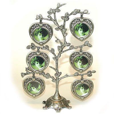 Металлическая фоторамка Дерево, на 6 фотографий91233Оригинальная рамка для фотографий выполнена в виде дерева, на ветвях которого прикреплены небольшие сердечки-рамочки. На таком дереве вы сможете разместить фото всей своей семьи. Такая рамка послужит оригинальным и практичным подарком.