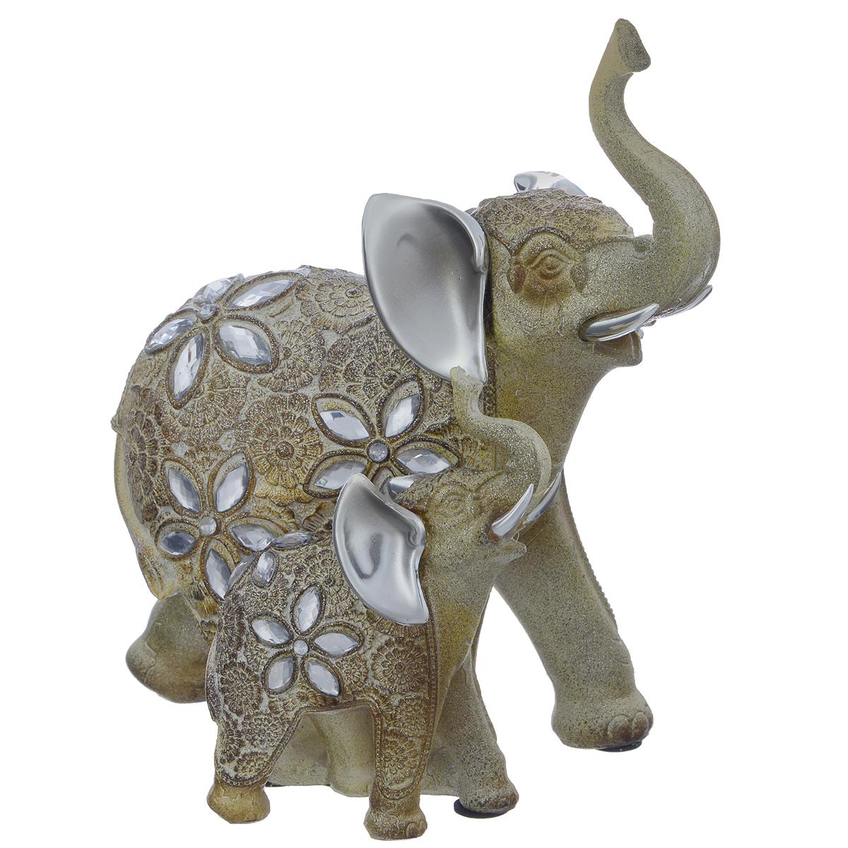 Фигурка декоративная Molento Блестящая семья, высота 21,5 смUP210DFДекоративная фигурка Molento Блестящая семья, выполненная из полистоуна, станет отличным украшением интерьера и подчеркнет его изысканность. Изделие, выполненное в виде двух слонов, украшено рельефными цветочными узорами и стразами. Такая фигурка всегда сможет послужить приятным подарком для ваших друзей и близких. Размер фигурки: 18,5 см х 11 см х 21,5 см.