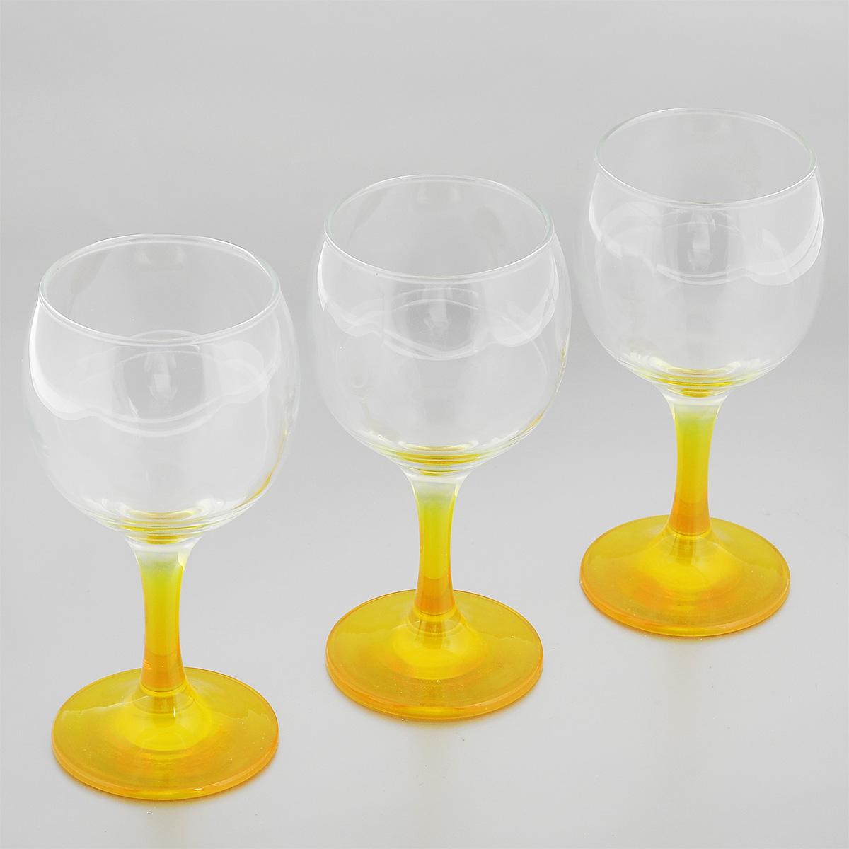 Набор фужеров Glass4you, цвет: желтый, 220 мл, 3 штVT-1520(SR)Набор Glass4you состоит из трех фужеров, выполненных из прочного натрий-кальций-силикатного стекла. Изделия имеют тонкие высокие цветные ножки. Фужеры излучают приятный блеск и издают мелодичный звон. Предназначены для подачи вина. Набор фужеров Glass4you прекрасно оформит праздничный стол и станет хорошим подарком к любому случаю. Можно мыть в посудомоечной машине.Диаметр фужера (по верхнему краю): 6,6 см. Высота фужера: 14,5 см. Диаметр основания: 6,4 см.