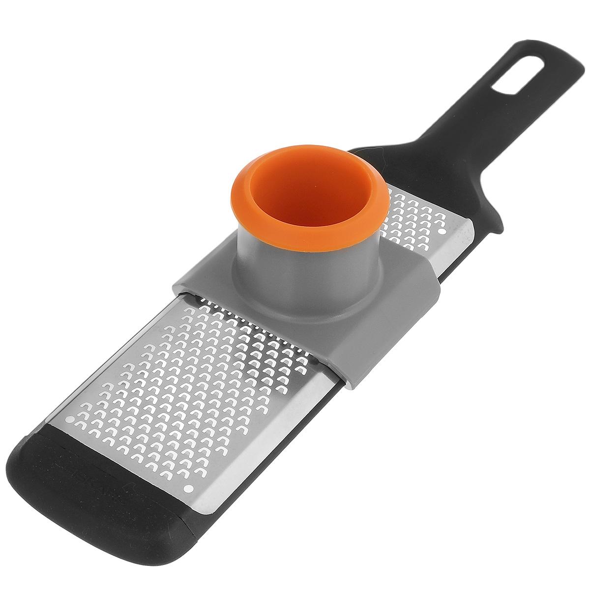 Терка мелкая Fiskars с предохранителем для пальцев, 32 х 7 смCM000001326Терка Fiskars изготовлена из пластика и нержавеющей стали. Оснащена мелкими лезвиями для натирания чеснока, шоколада, лимонной кожицы и многое другое.Изделие имеет удобную ручку с отверстием для подвешивания на крючок.В комплекте - пластиковый предохранитель для пальцев, делающий процесс натирания безопасным. Размер терки (с учетом ручки): 32 см х 7 см х 1,5 см. Размер рабочей поверхности терки: 17 см х 6 см. Размер предохранителя: 8 см х 7 см х 5,7 см.