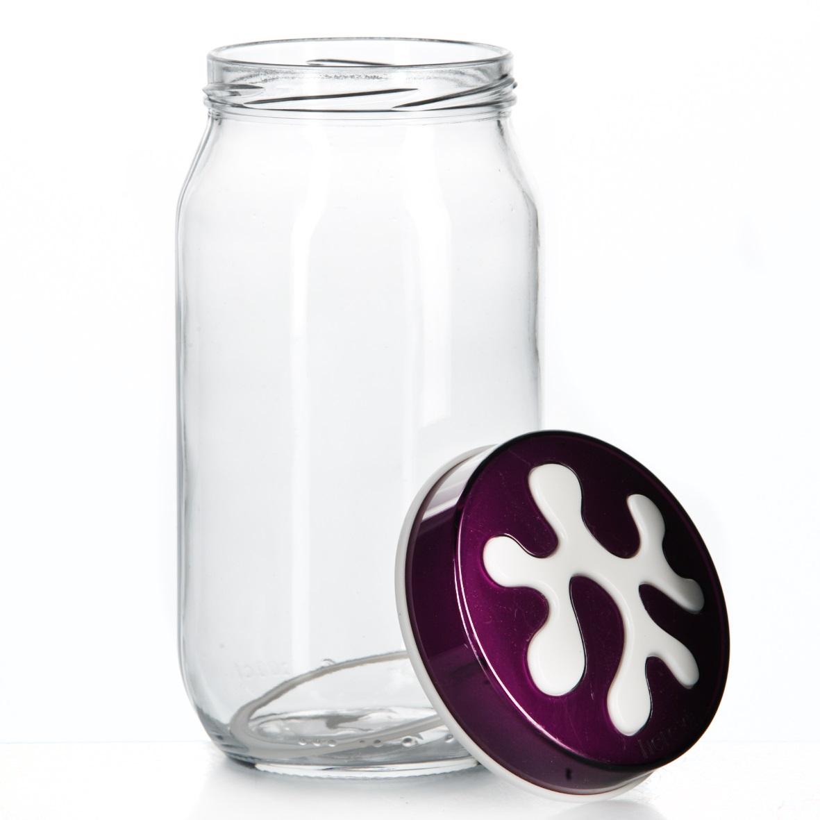 Банка для сыпучих продуктов Herevin, цвет: фиолетовый, 1 л. 135377-003135377-003Банка для сыпучих продуктов Herevin изготовлена из прочного стекла и оснащена плотно закрывающейся пластиковой крышкой. Благодаря этому внутри сохраняется герметичность, и продукты дольше остаются свежими. Изделие предназначено для хранения различных сыпучих продуктов: круп, чая, сахара, орехов и т.д. Функциональная и вместительная, такая банка станет незаменимым аксессуаром на любой кухне. Можно мыть в посудомоечной машине. Пластиковые части рекомендуется мыть вручную. Объем: 1 л. Диаметр (по верхнему краю): 7,5 см. Высота банки (без учета крышки): 18 см.