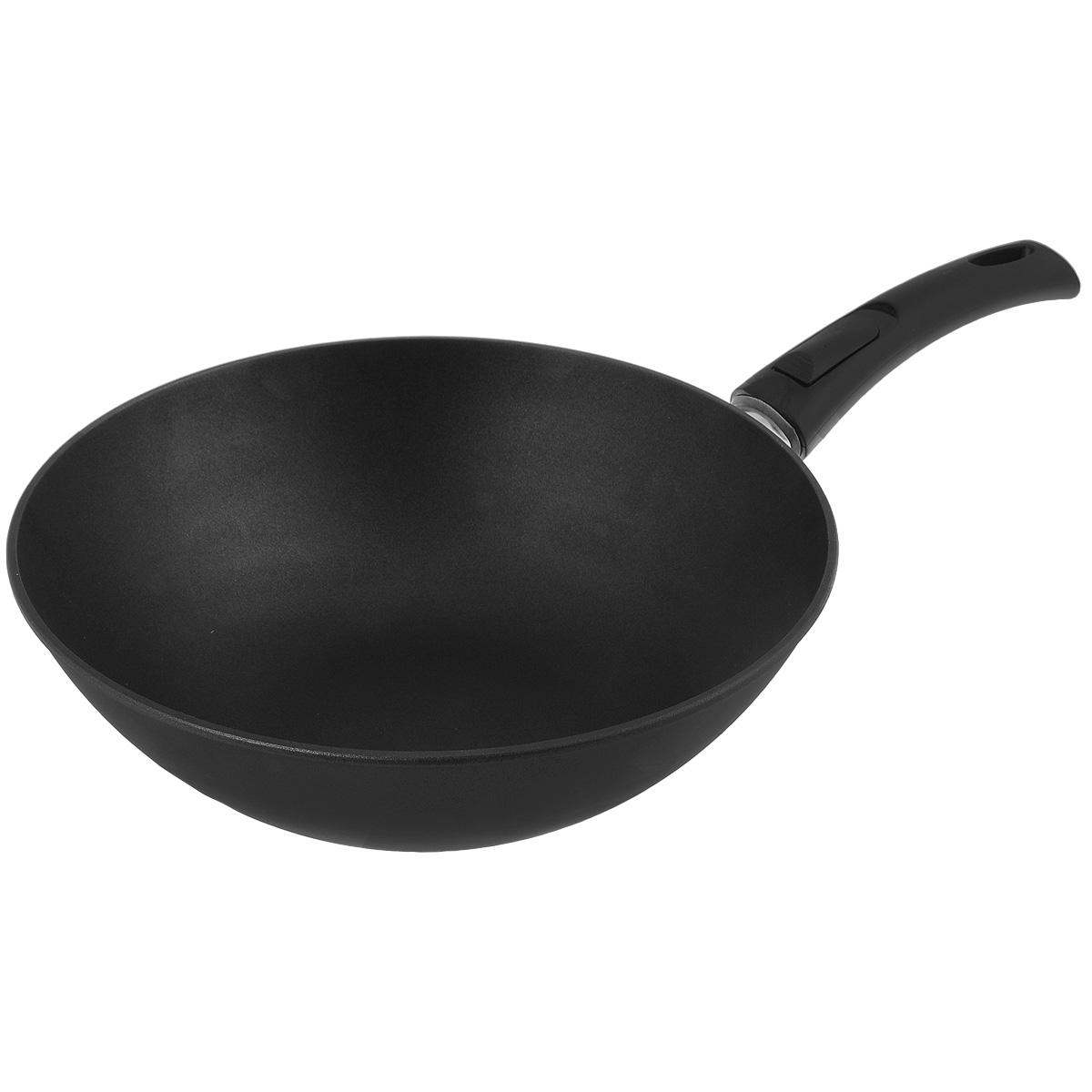 Сковорода-вок литая Нева Металл Посуда Титан, с полимер-керамическим антипригарным покрытием, со съемной ручкой, цвет: черный. Диаметр 30 см3130WЛитая сковорода-вок НМП Титан изготовлена из алюминия с полимер-керамическим антипригарным покрытием. Эргономичная ручка - съемная, что позволяет использовать сковороду-вок в духовом шкафу или морозильной камере. Особенности посуды серии ТИТАН: - 4-слойная антипригарная полимер-керамическая система ТИТАН обладает повышенной износостойкостью, достигаемой за счет особой структуры и специальной технологии нанесения. Это собственная запатентованная разработка компании, не имеющая аналогов в России. Прототип покрытия применялся при постройке космического корабля Буран и орбитальных спутников - в состав системы ТИТАН входят антипригарные слои на водной основе - система ТИТАН традиционно производится без использования PFOA /перфтороктановой кислоты/ - равномерно нагревается за счет особой конструкции корпуса по принципу золотого сечения, толстых стенок и еще более толстого дна - приготовленная еда получается особенно вкусной благодаря специфическим...