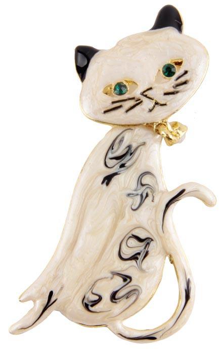 Брошь Сиамская кошка. Металл, имитация перламутра, австрийские кристаллы. Alilang, Китай, конец XX векаАжурная брошьБрошь Сиамская кошка.Металл, имитация перламутра, австрийские кристаллы.Alilang, Китай, конец XX века.Длина 6,5 см, ширина 3 см.Сохранность хорошая. Брошь представлена в виде элегантной кошечки из полихромной эмали бежевых оттенков с черными ушками и темными узорами. глазки зеленого цвета и очаровательная подвеска на шее сделаны из австрийских кристалловОчаровательный питомец порадует Вас и Ваших близких своим ярким цветом!Прекрасное украшение для повседневного ношения.