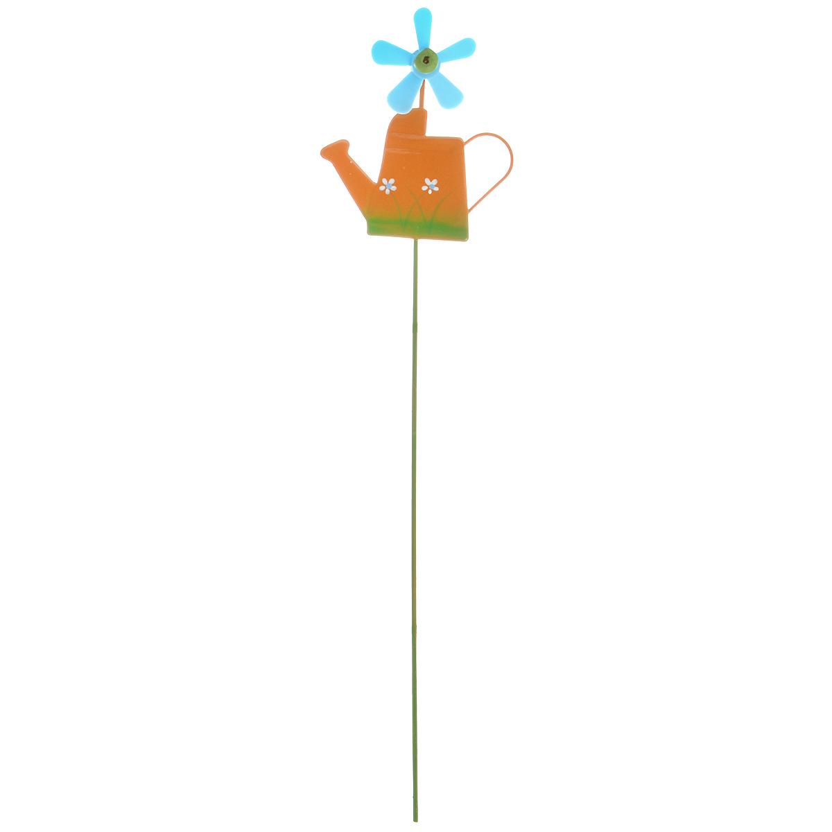 Украшение на ножке Village People Лейка с флюгером, цвет: оранжевый, высота 27 см67156_3Украшение на ножке Village People Лейка с флюгером поможет вам дополнить экстерьер красивой и яркой деталью. Такое украшение очень просто вставляется в землю с помощью длинной ножки, оно отлично переносит любые погодные условия и прослужит долгое время. Идеально подходит для декорирования садового участка, грядок, клумб, домашних цветов в горшках, а также для поддержки и правильного роста декоративных растений. Размер декоративного элемента: 6,5 см х 7,5 см. Высота: 27 см.
