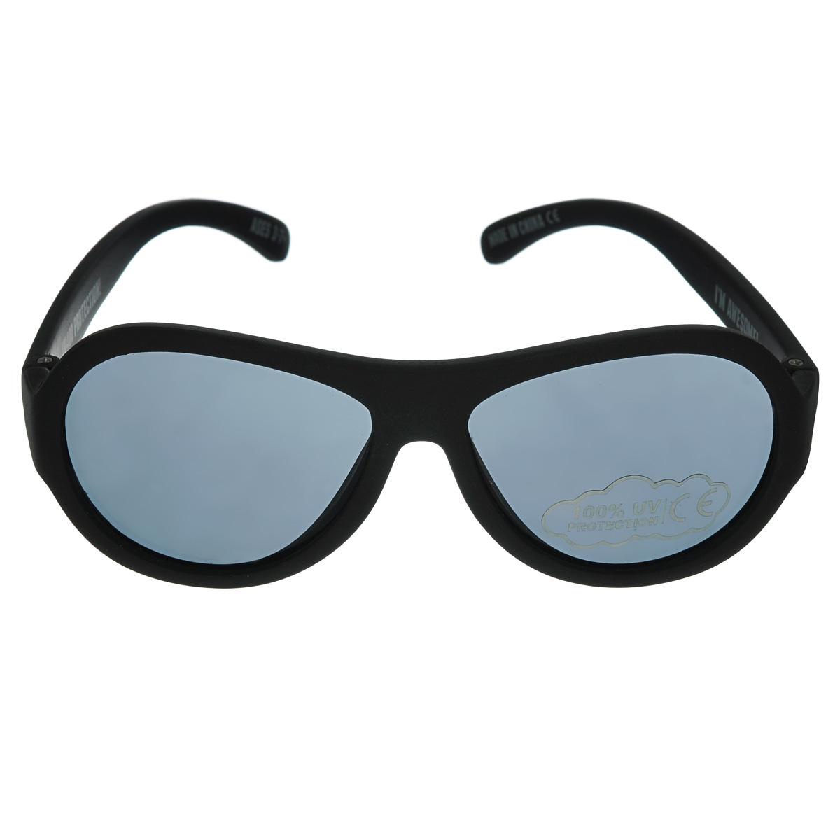 Детские солнцезащитные очки Babiators Спецназ (Black Ops), цвет: черный, 3-7 летBAB-005Защита глаз всегда в моде. Вы делаете все возможное, чтобы ваши дети были здоровы и в безопасности. Шлемы для езды на велосипеде, солнцезащитный крем для прогулок на солнце... Но как насчёт влияния солнца на глазах вашего ребёнка? Правда в том, что сетчатка глаза у детей развивается вместе с самим ребёнком. Это означает, что глаза малышей не могут отфильтровать УФ-излучение. Добавьте к этому тот факт, что дети за год получают трёхкратную дозу солнечного воздействия на взрослого человека (доклад Vision Council Report 2013, США). Проблема понятна - детям нужна настоящая защита, чтобы глазка были в безопасности, а зрение сильным. Каждая пара солнцезащитных очков Babiators для детей обеспечивает 100% защиту от UVA и UVB. Прочные линзы высшего качества не подведут в самых сложных переделках. В отличие от обычных пластиковых очков, Babiators выполнены из гибкой резины, что делает их ударопрочными. Будьте уверены, что очки Babiators созданы безопасными, прочными и классными,...