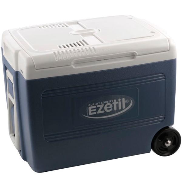 Термоэлектрический контейнер охлаждения Ezetil E 40 М 12/230V, на колесах, цвет: голубой, 40 л776263Термоэлектрический контейнер охлаждения Ezetil предназначен для использования в салоне автомобиля в качестве портативного холодильника. Контейнер выполнен из высококачественного пищевого пластика. Корпус гладкий, эргономичного дизайна, ударопрочный. Принцип действия термоэлектрического контейнера (холодильника) основан на свойстве полупроводниковых пластин, это свойство получило название эффект Пельтье. При протекании тока через полупроводниковую пластину одна сторона ее охлаждается (этой стороной пластина обращена внутрь контейнера), другая сторона - нагревается (эта сторона обращена наружу и охлаждается вентилятором). Мощная, не нуждающаяся в техобслуживании охлаждающая система Peltier гарантирует оптимальную мощность охлаждения. Модель оснащена интеллектуальной системой энергосбережения. Изоляция с наполнителем из пеноматериала поддерживает в холодном состоянии пищу и напитки в течение длительного времени в т.ч. и без подачи электроэнергии. Для...