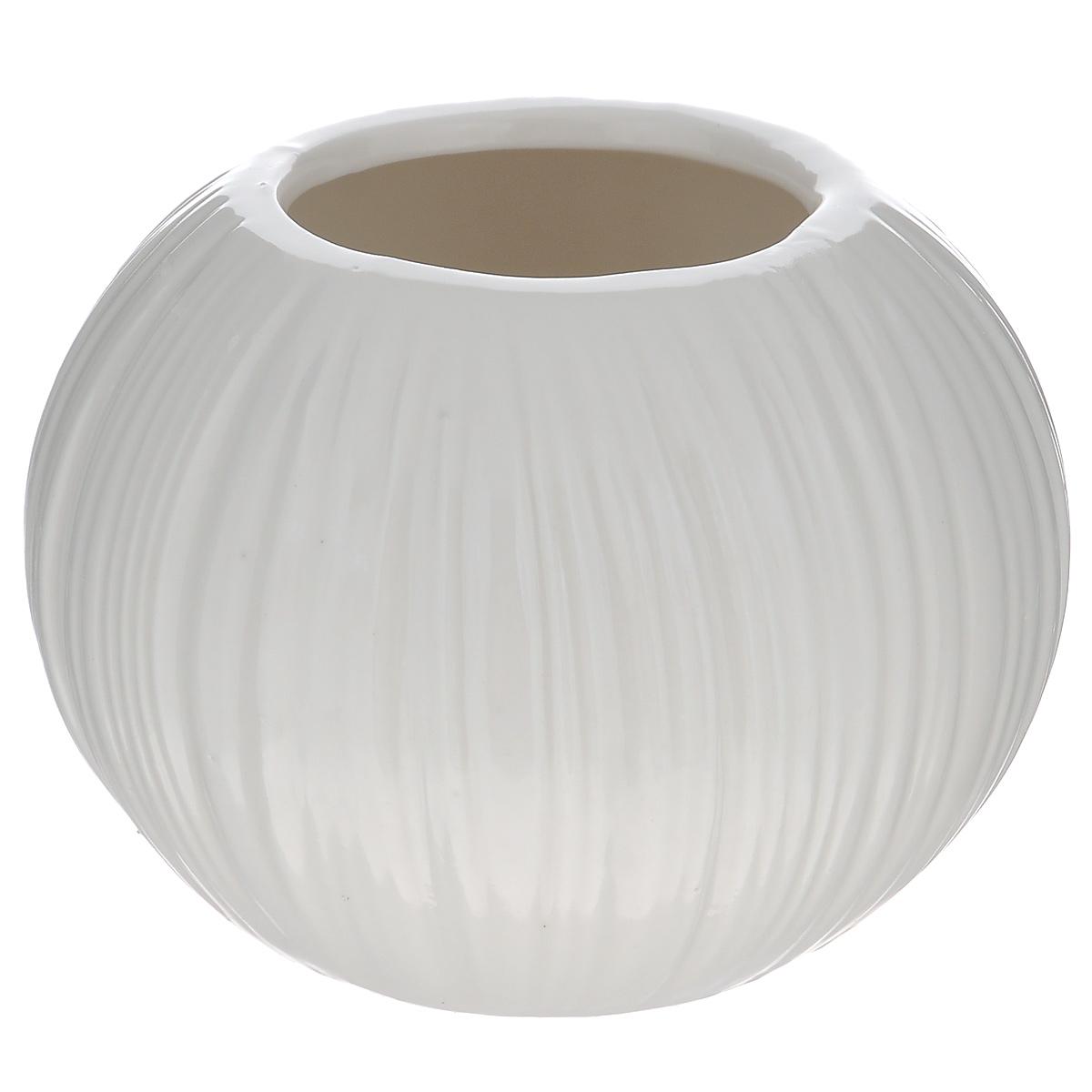 Ваза декоративная Blossom Line, цвет: белый, высота 9 смBL0130113Оригинальная ваза Blossom Line изготовлена из керамики. Рельефная волнообразная поверхностью вазы делает ее изящным украшением интерьера. При желании изделие можно оформить по собственному вкусу, например раскрасив его красками. Ваза Blossom Line дополнит интерьер офиса или дома и станет желанным и стильным подарком. Диаметр вазы: 6,5 см. Высота вазы: 9 см.