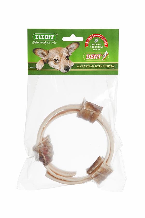 Лакомство для собак Titbit, кольцо из говяжьей кожи с трахеей, диаметр 11 см1967Лакомство для собак Titbit - это комбинированное лакомство из высушенной говяжьей кожи и резаной говяжьей трахеи в форме кольца диаметром 11 см. Говяжья кожа благодаря большому содержанию аминокислот и коллагена положительно воздействует на состояние кожи и шерсти собаки. Говяжья трахея - это низкокалорийное, богатое хрящевой и соединительной тканью лакомство. Лакомство способствует укреплению десен и жевательных мышц. Развивает зубочелюстной аппарат, отвлекает собаку во время смены зубов. Состав: высушенная говяжья кожа, трахея говяжья. Товар сертифицирован.