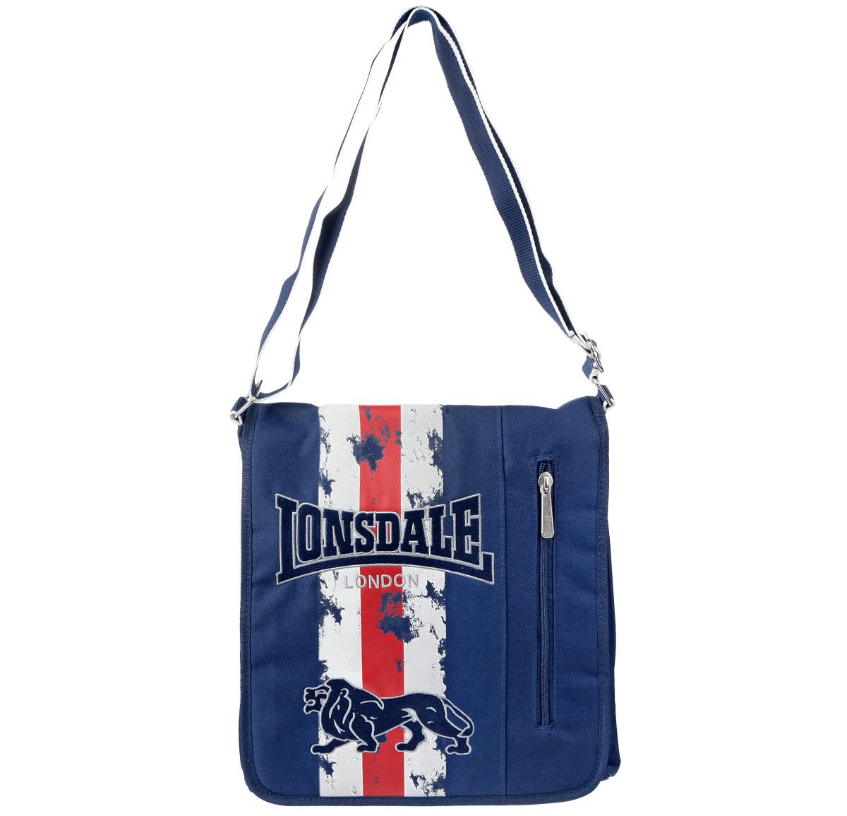 Сумка молодежная Lonsdale, цвет: синий72523WDОригинальная молодежная сумка Lonsdale прекрасно подойдет для учебы, занятий спортом и повседневных дел. Стильная, легкая и удобная сумка с ярким принтом станет незаменимым аксессуаром. Вместительное внутреннее отделение закрывается на клапан с кнопкой, в него поместятся все необходимые школьные принадлежности или спортивная форма. На самом клапане вместительный карман на молнии. Внутри сумки карман на молнии и два открытых кармана. На задней стороне большой открытый карман, вмещающий формат A4. Плотная и широкая лямка свободно регулируется по длине, что позволяет носить сумку школьникам разного возраста. Лаконичный и сдержанный дизайн подчеркнет индивидуальность и порадует своей функциональностью.