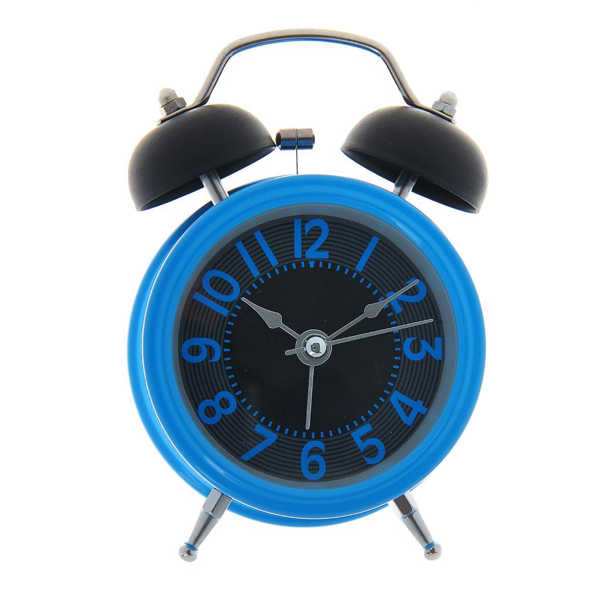 Часы-будильник Sima-land, цвет: синий. 10564141056414Как же сложно иногда вставать вовремя! Всегда так хочется поспать еще хотя бы 5 минут и бывает, что мы просыпаем. Теперь этого не случится! Яркий, оригинальный будильник Sima-land поможет вам всегда вставать в нужное время и успевать везде и всюду. Корпус будильника выполнен из металла. Часы снабжены 4 стрелками (секундная, минутная, часовая и для будильника). На задней панели будильника расположен переключатель включения/выключения механизма, а также два колесика для настройки текущего времени и времени звонка будильника. Изделие снабжено подсветкой, которая включается нажатием кнопки с задней стороны. Пользоваться будильником очень легко: нужно всего лишь поставить батарейку, настроить точное время и установить время звонка. Будильник Sima-land - привлекательная деталь в обстановке, которая поможет воплотить вашу интерьерную идею, создать неповторимую атмосферу в вашем доме. Окружите себя приятными мелочами, пусть они радуют взгляд и дарят гармонию. ...