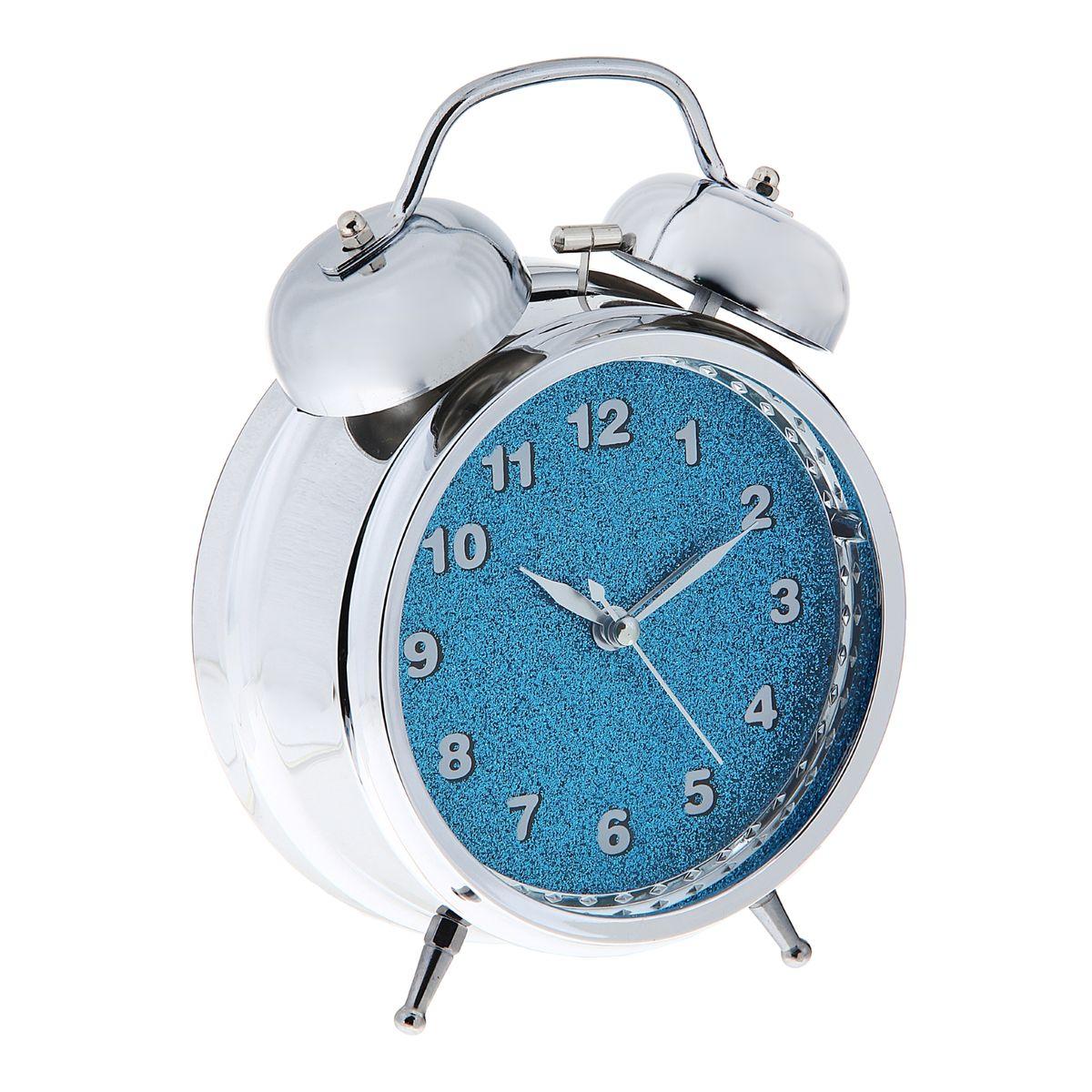 Часы-будильник Sima-land, цвет: серебристый, синий. 1056419MRC 4142 schwarzКак же сложно иногда вставать вовремя! Всегда так хочется поспать еще хотя бы 5 минут и бывает, что мы просыпаем. Теперь этого не случится! Яркий, оригинальный будильник Sima-land поможет вам всегда вставать в нужное время и успевать везде и всюду. Будильник украсит вашу комнату и приведет в восхищение друзей.На задней панели будильника расположены переключатель включения/выключения механизма, а также два колесика для настройки текущего времени и времени звонка будильника. Также будильник оснащен кнопкой, при нажатии и удержании которой подсвечивается циферблат.Будильник работает от 3 батареек типа АА (не входят в комплект).