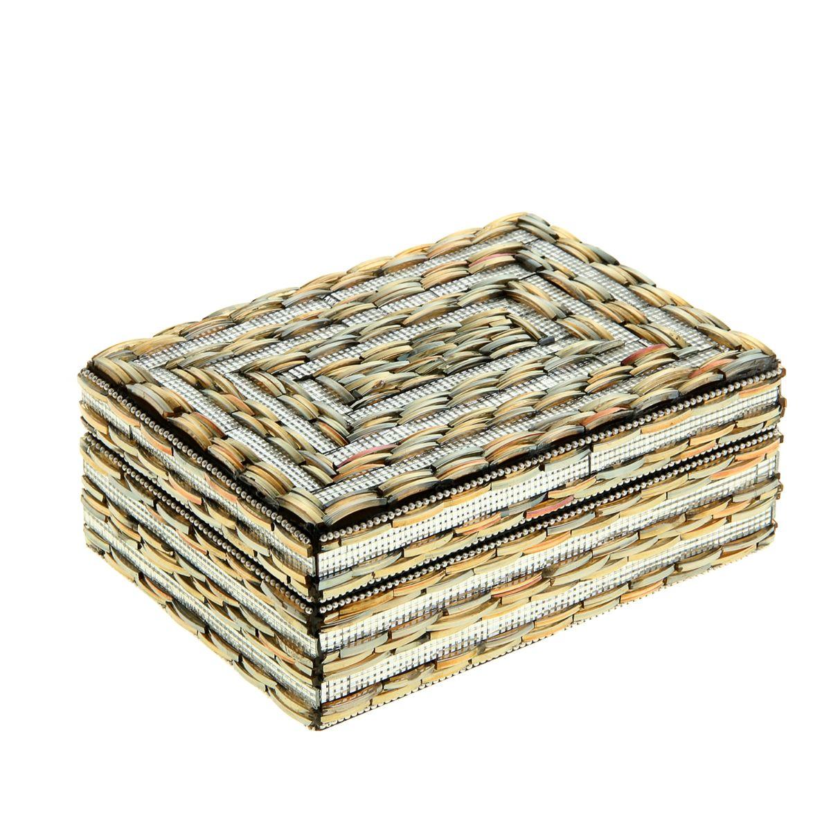 Шкатулка Sima-land Бисер, 18,5 см х 13,5 см х 7 см799975Шкатулка Sima-land Бисер выполнена из МДФ и украшена элементами из стекла. Техника декорирования такой шкатулки имеет свои особенности: для украшения используются специальные кольца из стекла, которые разрезаются на несколько отдельных частей, благодаря чему получаются слегка выпуклые продолговатые кусочки. Из этих кусочков выкладывается настоящая мозаика, придающая шкатулке эффектный и необычный вид. Внутри одно большое отделение. Шкатулку можно смело дарить представительнице прекрасного пола. Даже не сомневайтесь: она очень быстро найдет, чем заполнить такой стильный и удобный аксессуар.