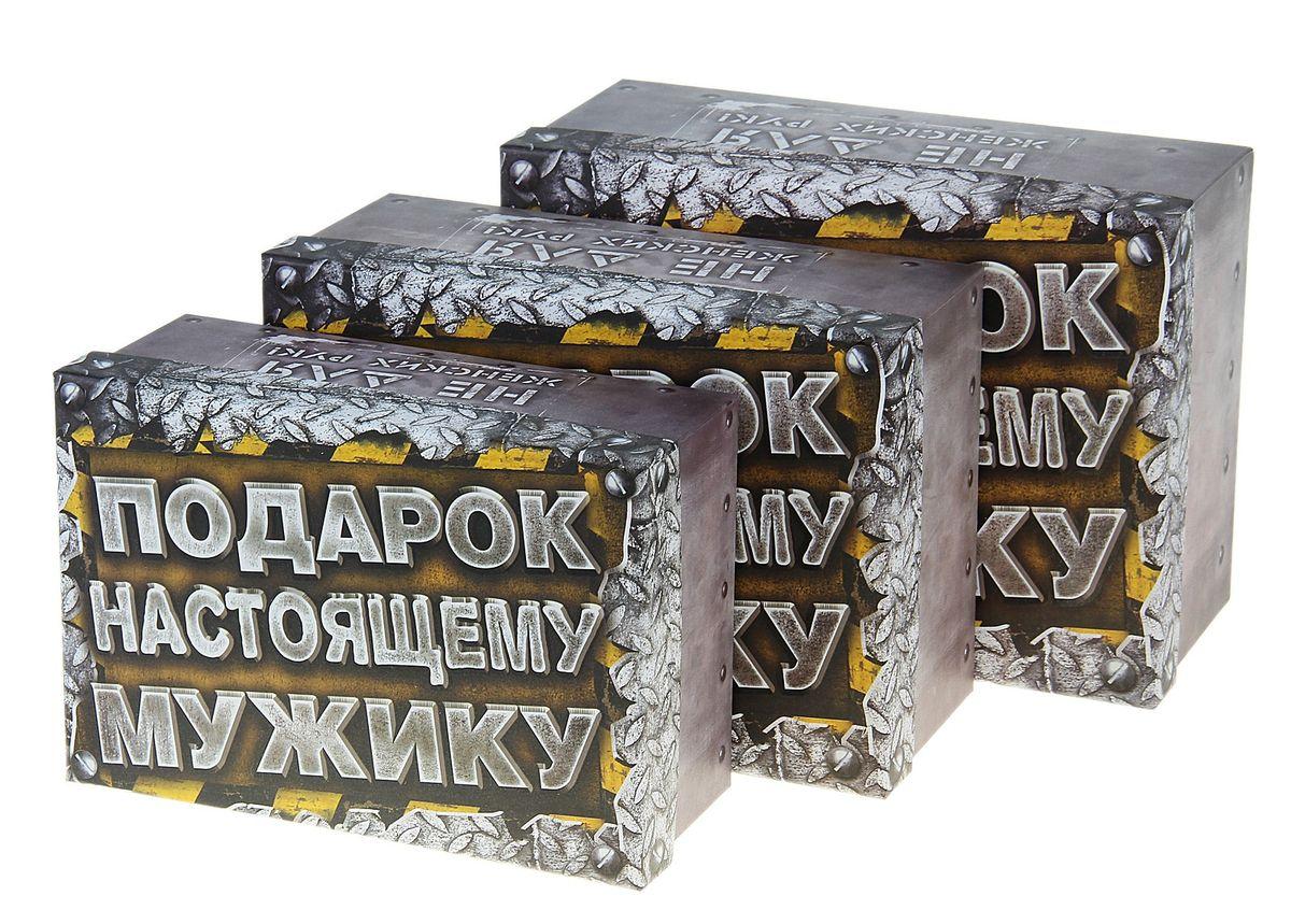 Набор подарочных коробок Sima-land Настоящему мужику, 3 штRSP-202SНабор Sima-land Настоящему мужику состоит из 3 подарочных коробок разного размера, выполненных из плотного картона. Крышка оформлена ярким изображением и надписями Подарок Настоящему Мужику, Не для женских руки For Man Only. Подарочная коробка - это наилучшее решение, если вы хотите порадовать вашихблизких и создать праздничное настроение, ведь подарок, преподнесенный воригинальной упаковке, всегда будет самым эффектным и запоминающимся.Окружите близких людей вниманием и заботой, вручив презент в нарядном,праздничном оформлении. Размер большой коробки (с учетом крышки): 18 см х 25 см х 10,5 см. Размер средней коробки (с учетом крышки): 16 см х 23 см х 9,5 см. Размер маленькой коробки (с учетом крышки): 14,5 см х 21 см х 8,5 см.