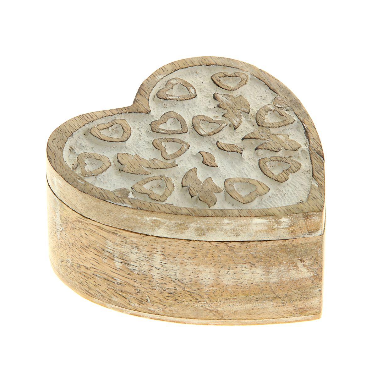 Шкатулка Sima-land Амур, 10 х 10 х 4,5 см839533Шкатулка Sima-land Амур изготовлена из дерева - натурального материала, словно пропитанного теплом яркого солнца. Изделие выполнено в форме сердца. Резная крышка украшена узором в виде сердечек. Внутри одно отделение. Такая шкатулка - не простой сувенир. Ее функция не только декоративная, но и сугубо практическая - служить удобным и надежным местом для хранения самых разных мелочей. Разумеется, особо неравнодушны к этим элегантным предметам интерьера женщины. Мастерицы кладут в шкатулки швейные и рукодельные принадлежности. Модницы и светские львицы - любимые украшения и аксессуары. И, конечно, многие представительницы прекрасного пола хранят в шкатулках, убранных в укромный уголок, какие-то памятные знаки: фотографии, старые письма, сувениры, напоминающие о важных событиях и особо счастливых моментах, сухие лепестки роз и другие небольшие сокровища.