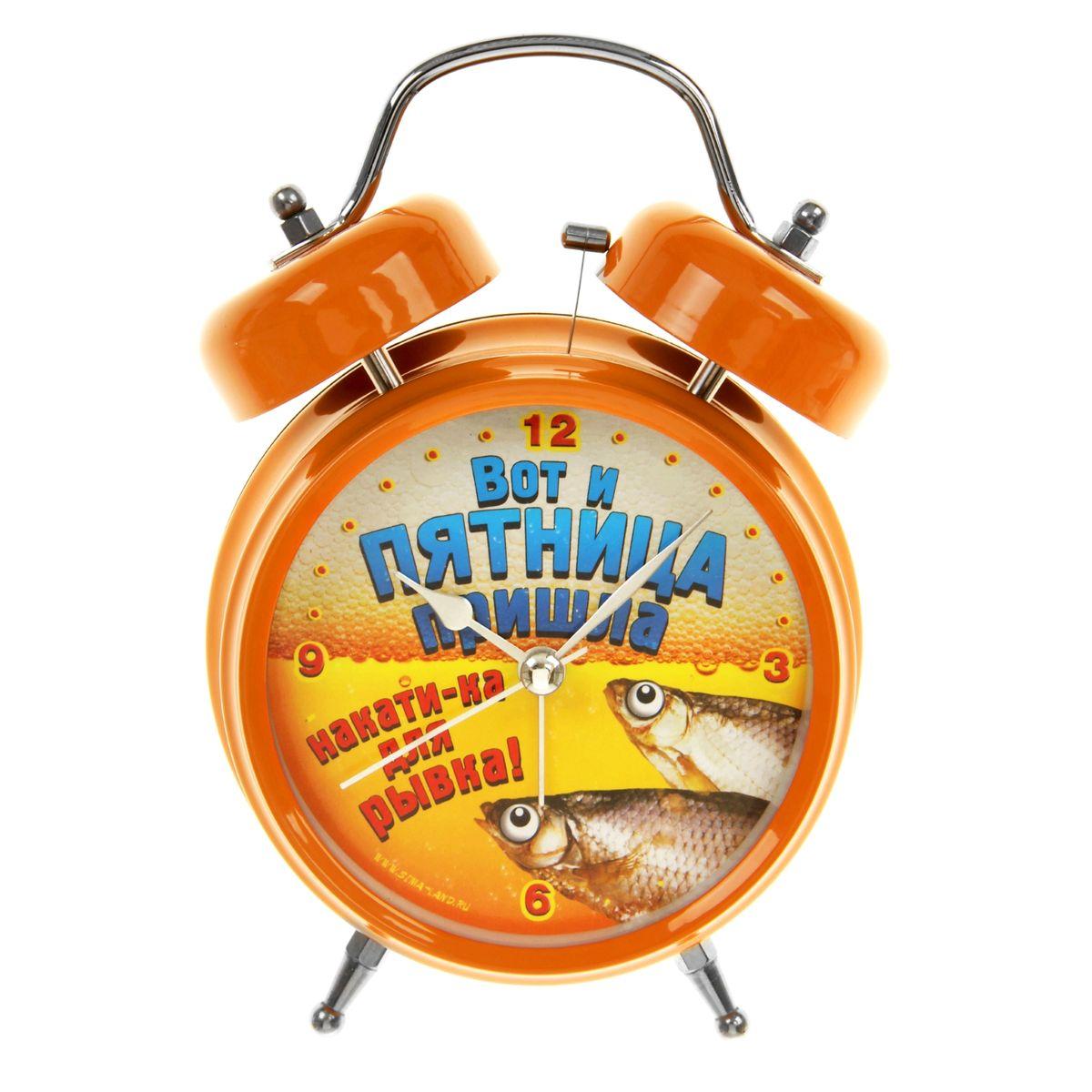 Часы-будильник Sima-land Вот и пятница839681Как же сложно иногда вставать вовремя! Всегда так хочется поспать еще хотя бы 5 минут и бывает, что мы просыпаем. Теперь этого не случится! Яркий, оригинальный будильник Sima-land Вот и пятница поможет вам всегда вставать в нужное время и успевать везде и всюду. Корпус будильника выполнен из металла. Циферблат оформлен изображением рыбки на фоне пива и надписью: Вот и пятница пришла, накати-ка для рывка!, имеет индикацию отметок с арабскими цифрами. Часы снабжены 4 стрелками (секундная, минутная, часовая и для будильника). На задней панели будильника расположен переключатель включения/выключения механизма, а также два колесика для настройки текущего времени и времени звонка будильника. Пользоваться будильником очень легко: нужно всего лишь поставить батарейки, настроить точное время и установить время звонка. Необходимо докупить 2 батарейки типа АА (не входят в комплект).