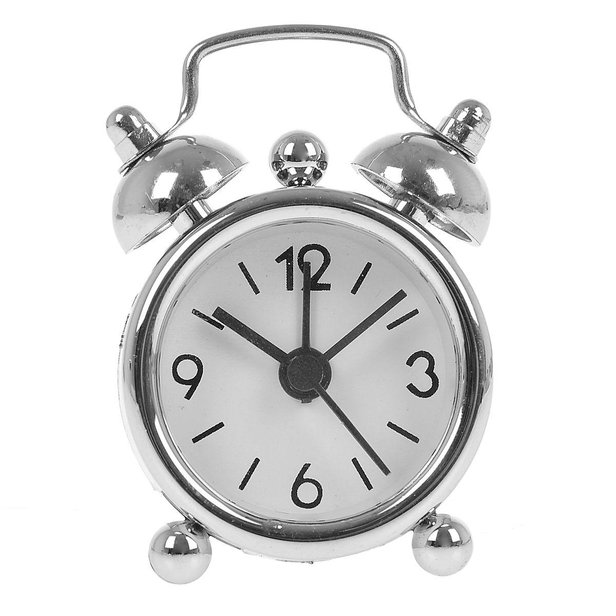 Часы-будильник Sima-land, цвет: серебристый. 840939840939Как же сложно иногда вставать вовремя! Всегда так хочется поспать еще хотя бы 5 минут и бывает, что мы просыпаем. Теперь этого не случится! Яркий, оригинальный будильник Sima-land поможет вам всегда вставать в нужное время и успевать везде и всюду. Будильник украсит вашу комнату и приведет в восхищение друзей. Эта уменьшенная версия привычного будильника умещается на ладони и работает так же громко, как и привычные аналоги. Время показывает точно и будит в установленный час. На задней панели будильника расположены переключатель включения/выключения звонка, который будет подавать звуковой сигнал, пока не будет отключен, а также два колесика для настройки текущего времени и времени звонка будильника. Будильник работает от 1 батарейки типа LR44 (входит в комплект).
