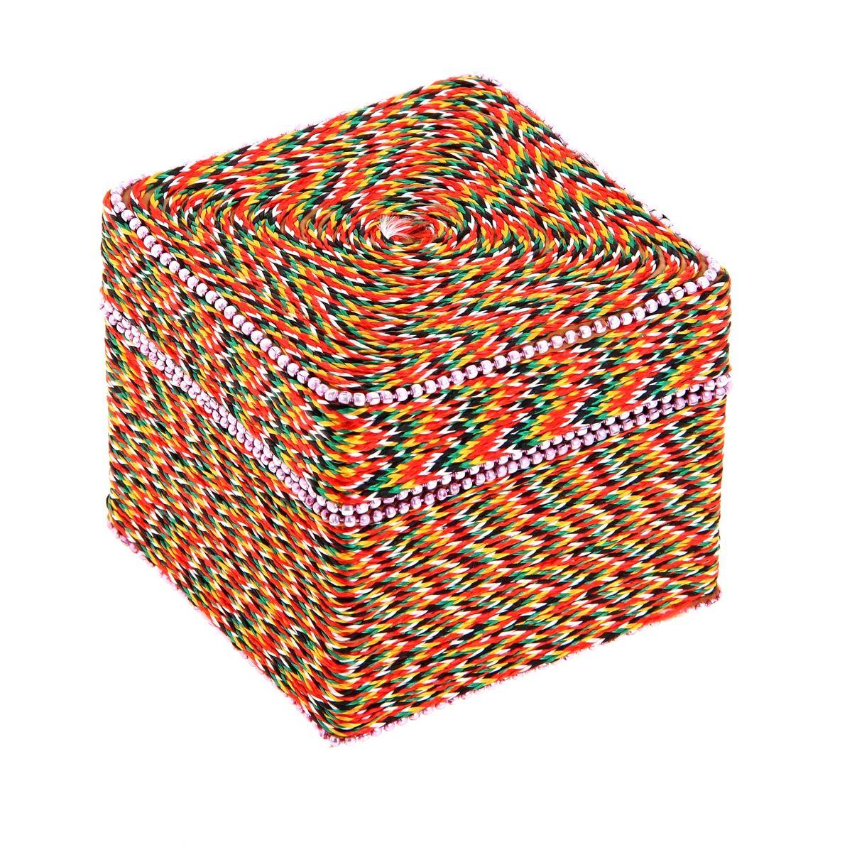Шкатулка Sima-land Тесьма, 8 х 8 х 7 см877474Шкатулка Sima-land Тесьма выполнена из высококачественного МДФ. Снаружи шкатулка декорирована разноцветным шнурком. Внутри одно большое отделение. Разве может истинная ценительница украшений остаться равнодушной при виде такой эффектной шкатулки? Ее сразу хочется наполнить различными аксессуарами, ювелирными украшениями и красивой бижутерией. Тогда вперед, заполните до краев эту индийскую вещицу!
