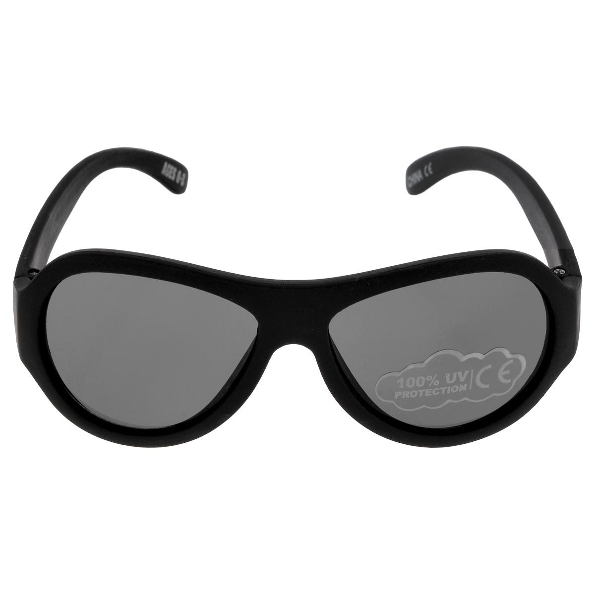 Детские солнцезащитные очки Babiators Спецназ (Black Ops), цвет: черный, 0-3 летINT-06501Вы делаете все возможное, чтобы ваши дети были здоровы и в безопасности. Шлемы для езды на велосипеде, солнцезащитный крем для прогулок на солнце... Но как насчёт влияния солнца на глаза вашего ребёнка? Правда в том, что сетчатка глаза у детей развивается вместе с самим ребёнком. Это означает, что глаза малышей не могут отфильтровать УФ-излучение. Проблема понятна - детям нужна настоящая защита, чтобы глазки были в безопасности, а зрение сильным.Каждая пара солнцезащитных очков Babiators для детей обеспечивает 100% защиту от UVA и UVB. Прочные линзы высшего качества не подведут в самых сложных переделках. В отличие от обычных пластиковых очков, оправа Babiators выполнена из гибкого прорезиненного материала, что делает их ударопрочными, их можно сгибать и крутить - они не сломаются и вернутся в прежнюю форму. Не бойтесь, что ребёнок сядет на них - они всё выдержат. Будьте уверены, что очки Babiators созданы безопасными, прочными и классными, так что вы и ваш ребенок можете приступать к своим приключениям!