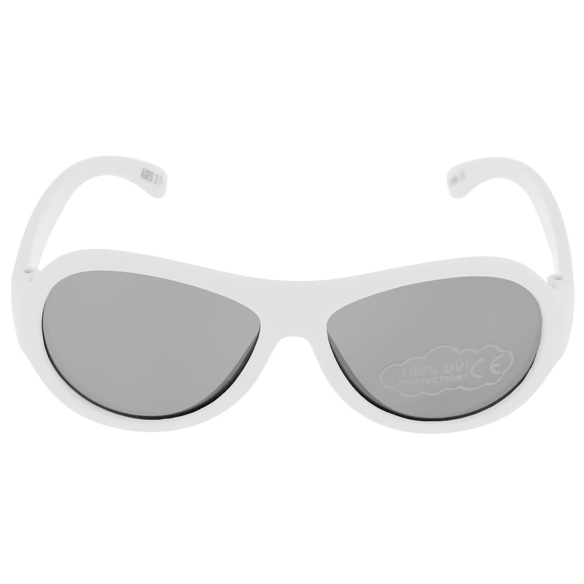 Детские солнцезащитные очки Babiators Шалун (Wicked), цвет: белый, 3-7 летT-8V-KMВы делаете все возможное, чтобы ваши дети были здоровы и в безопасности. Шлемы для езды на велосипеде, солнцезащитный крем для прогулок на солнце... Но как насчёт влияния солнца на глаза вашего ребёнка? Правда в том, что сетчатка глаза у детей развивается вместе с самим ребёнком. Это означает, что глаза малышей не могут отфильтровать УФ-излучение. Проблема понятна - детям нужна настоящая защита, чтобы глазки были в безопасности, а зрение сильным.Каждая пара солнцезащитных очков Babiators для детей обеспечивает 100% защиту от UVA и UVB. Прочные линзы высшего качества не подведут в самых сложных переделках. В отличие от обычных пластиковых очков, оправа Babiators выполнена из гибкого прорезиненного материала, что делает их ударопрочными, их можно сгибать и крутить - они не сломаются и вернутся в прежнюю форму. Не бойтесь, что ребёнок сядет на них - они всё выдержат. Будьте уверены, что очки Babiators созданы безопасными, прочными и классными, так что вы и ваш ребенок можете приступать к своим приключениям!
