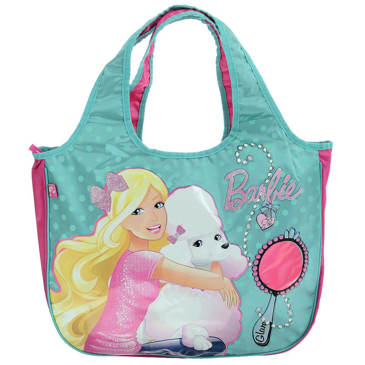 Сумка детская Barbie, цвет: бирюзовый, розовый. BRAS-UT-1445BRAS-UT-1445Сумка детская Barbie, выполненная из плотного, водоотталкивающего полиэстера, оформлена изображением известной игрушки - куклы Барби с ее собачкой. Сумочка имеет одно большое вместительное отделение, закрывающееся на застежку-молнию, куда можно положить все необходимые принадлежности и аксессуары. На лицевой стороне сумки имеется небольшая прозрачная вставка в виде зеркала куклы. Внутри отделения расположен карман-кошелек на молнии. Сумочка оснащена двумя ручками для переноски, которые выполнены цельными с основой. Сумка Barbie - идеальный вариант аксессуара на время прогулки или путешествия.