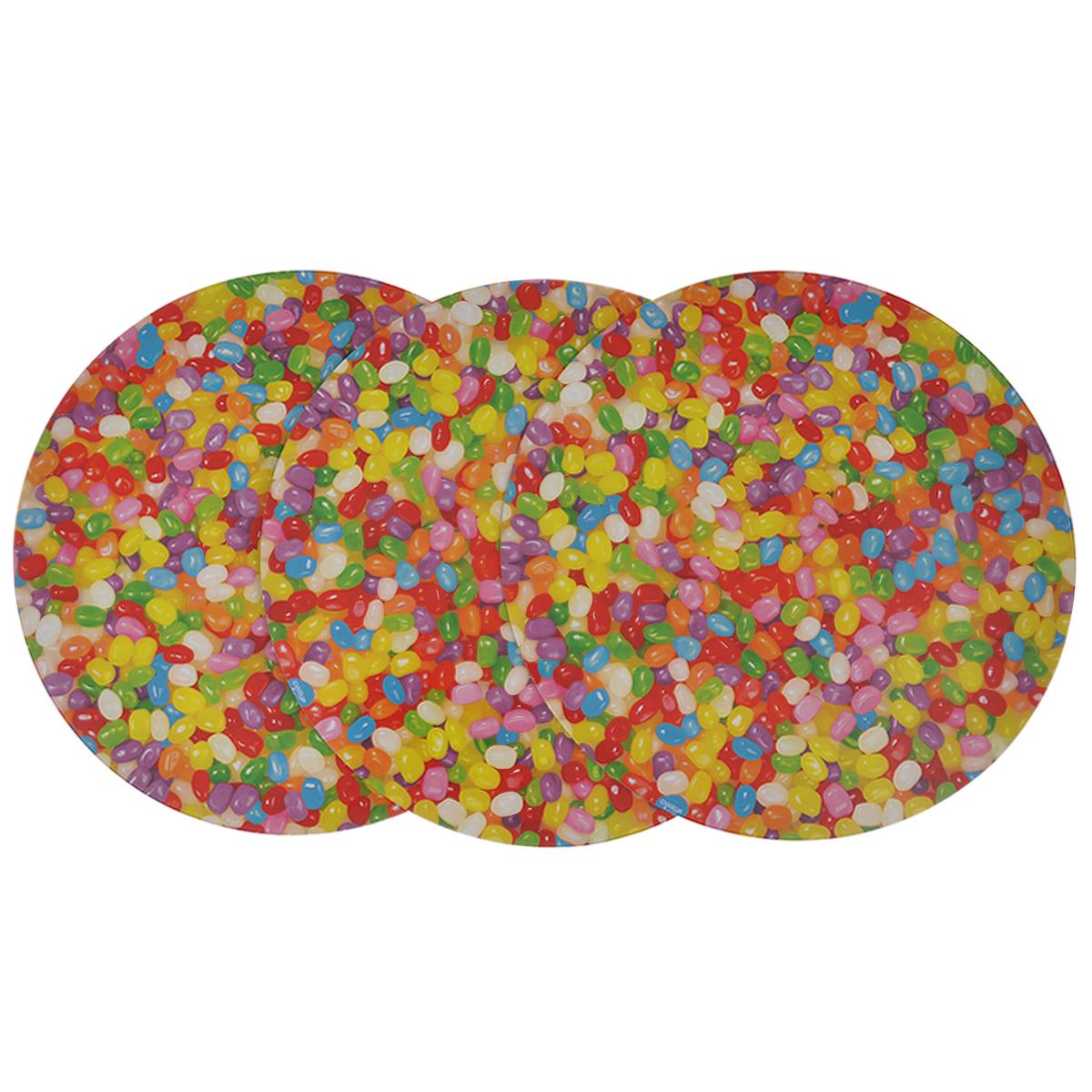 Основа для торта Wilton Веселая фасоль, диаметр 30 см, 3 шт115510Круглая основа для торта Wilton Веселая фасоль изготовлена из гофрированного картона с жиронепроницаемым покрытием, оформленным красочным принтом в виде разноцветных драже. Основа предназначена для круглого торта диаметром около 25 см или небольших праздничных угощений и закусок (например, пирожных, канапе). Основа удобна для работы, перекладывания коржей, хранения и переноски торта. В комплекте 3 основы. Диаметр: 30 см.