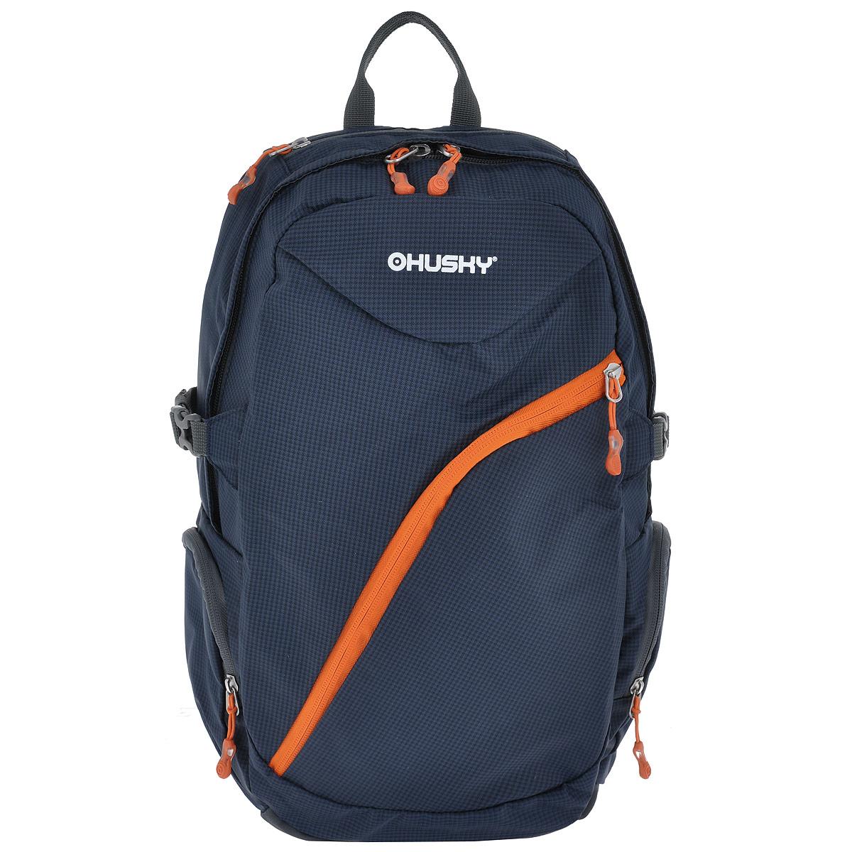 Рюкзак городской Husky Nexy, цвет: темно-синий, оранжевый, 22 лKF0938Городской рюкзак Husky Nexy изготовлен из водонепроницаемого нейлона, оснащен светоотражающими элементами. Рюкзак содержит одно главное отделение, в котором есть карман для переноски ноутбука или планшета.На лицевой стороне находится карман на молнии, внутри которого расположены 4 накладных кармана для канцелярии. По бокам рюкзака находятся 2 кармана на молнии. Сверху также есть 1 карман на застежке-молнии. Рюкзак очень удобно носить благодаря системе вентиляции спины AMS и широким лямкам.Вес: 550 г.