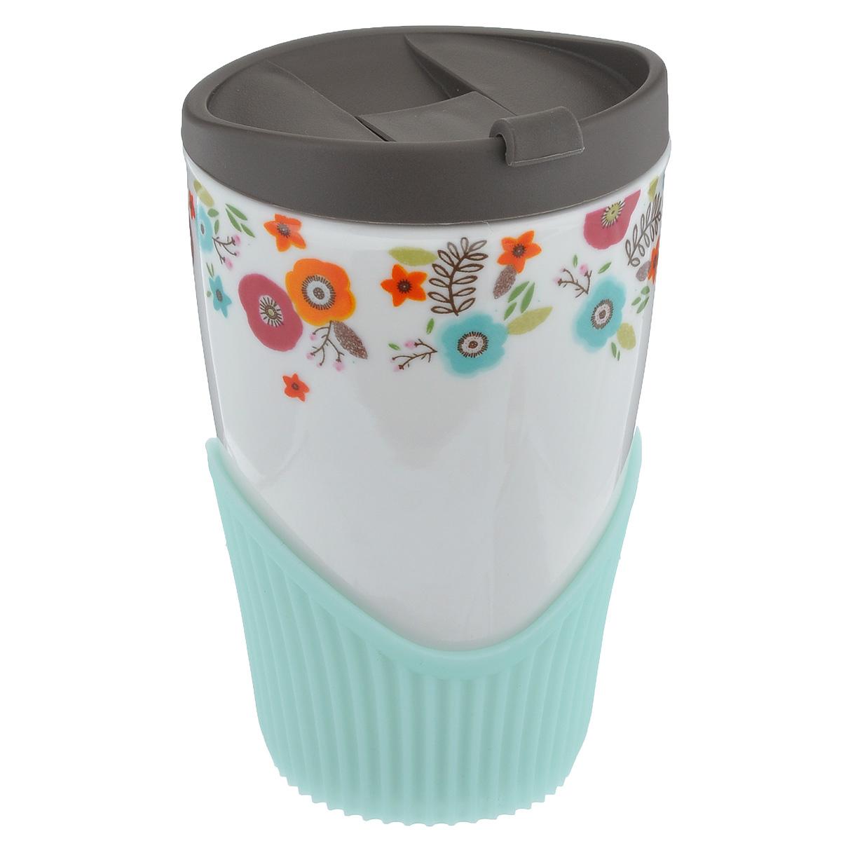 Кружка Frybest Spring, 410 мл115610Кружка Frybest Spring выполнена из высококачественного фарфора и украшена ярким цветочным рисунком. Имеется пластиковая крышка с питьевым клапаном, который легко открывается и закрывается нажатием одного пальца. Внизу имеется силиконовый ободок за который будет удобно держать кружку. Теперь вы можете наслаждаться своим любимым холодным или горячим напитком в любом месте. Не подвергайте кружку термошоку, резкая перемена температуры может стать причиной трещин. Можно мыть в посудомоечной машине на верхней полке. Объем: 410 мл. Высота кружки (без учета крышки): 13 см. Диаметр по верхнему краю: 8 см.